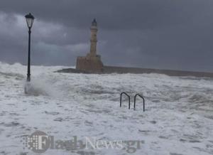 Ηφαιστίων: Τα μανιασμένα κύματα έχουν πνίξει το παλιό λιμάνι στα Χανιά