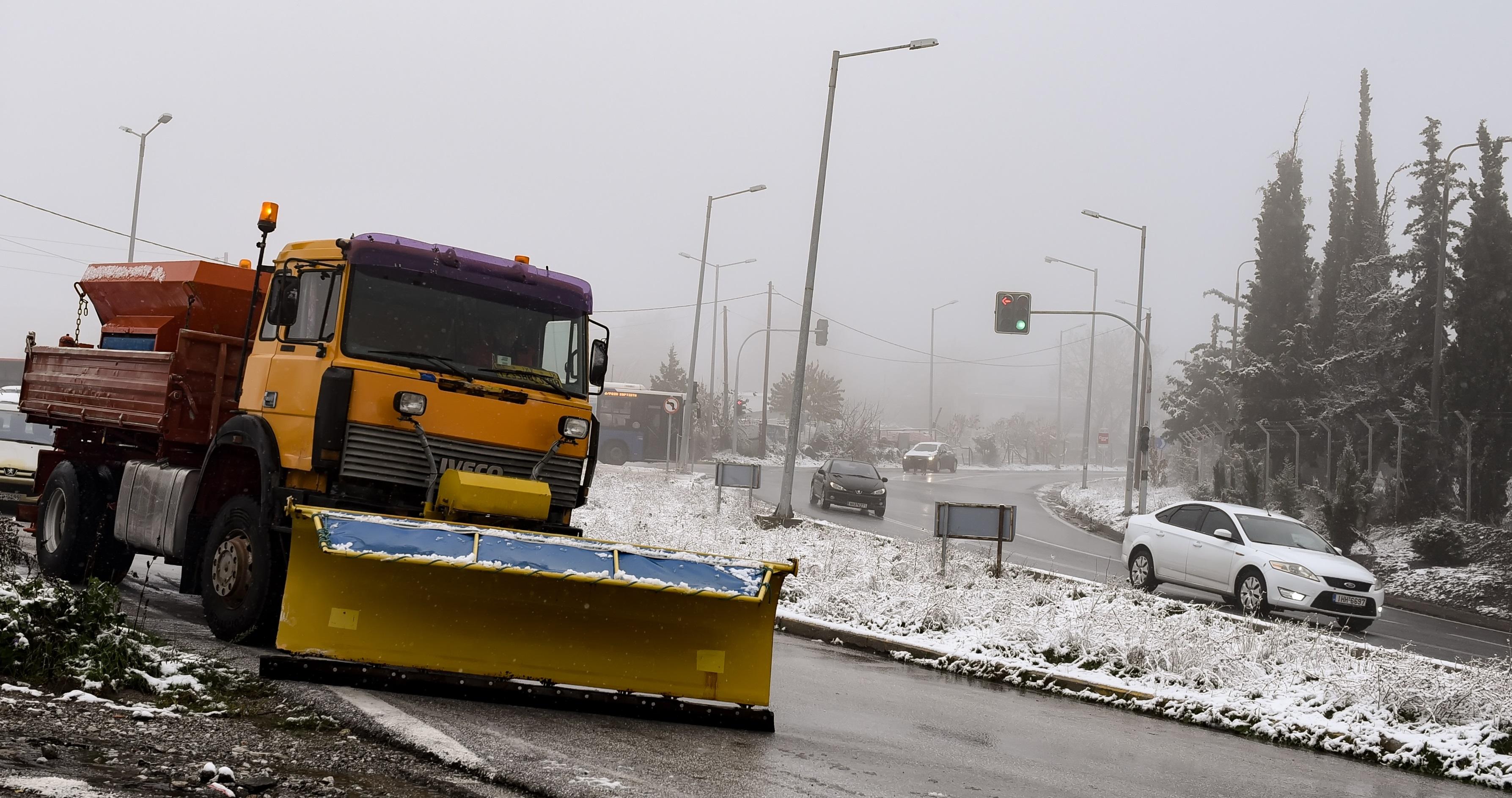 """Χιονίζει προς Δομοκό, Μπράλο και Καρπενήσι - """"Απαγορευτικό"""" για το Χιονοδρομικό Κέντρο Παρνασσού που έχει βουλιάξει από κόσμο"""
