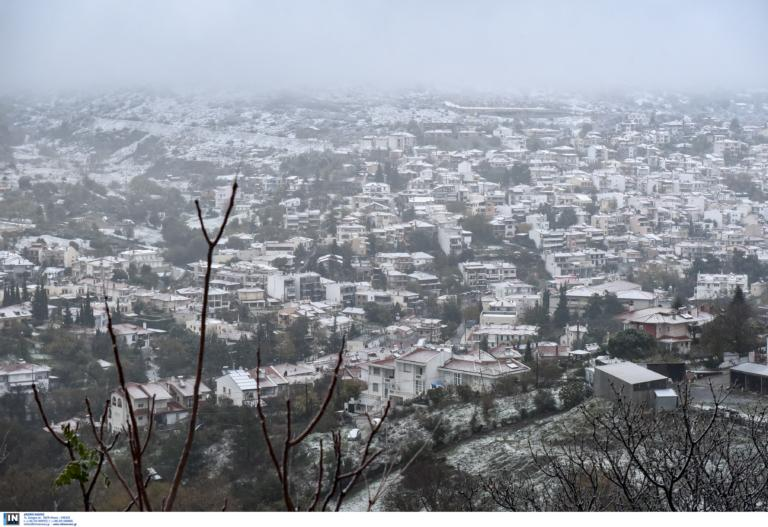 """Καιρός """"Ηφαιστίων"""": Χιονοπτώσεις στην Αττική στη διάρκεια της νύχτας"""