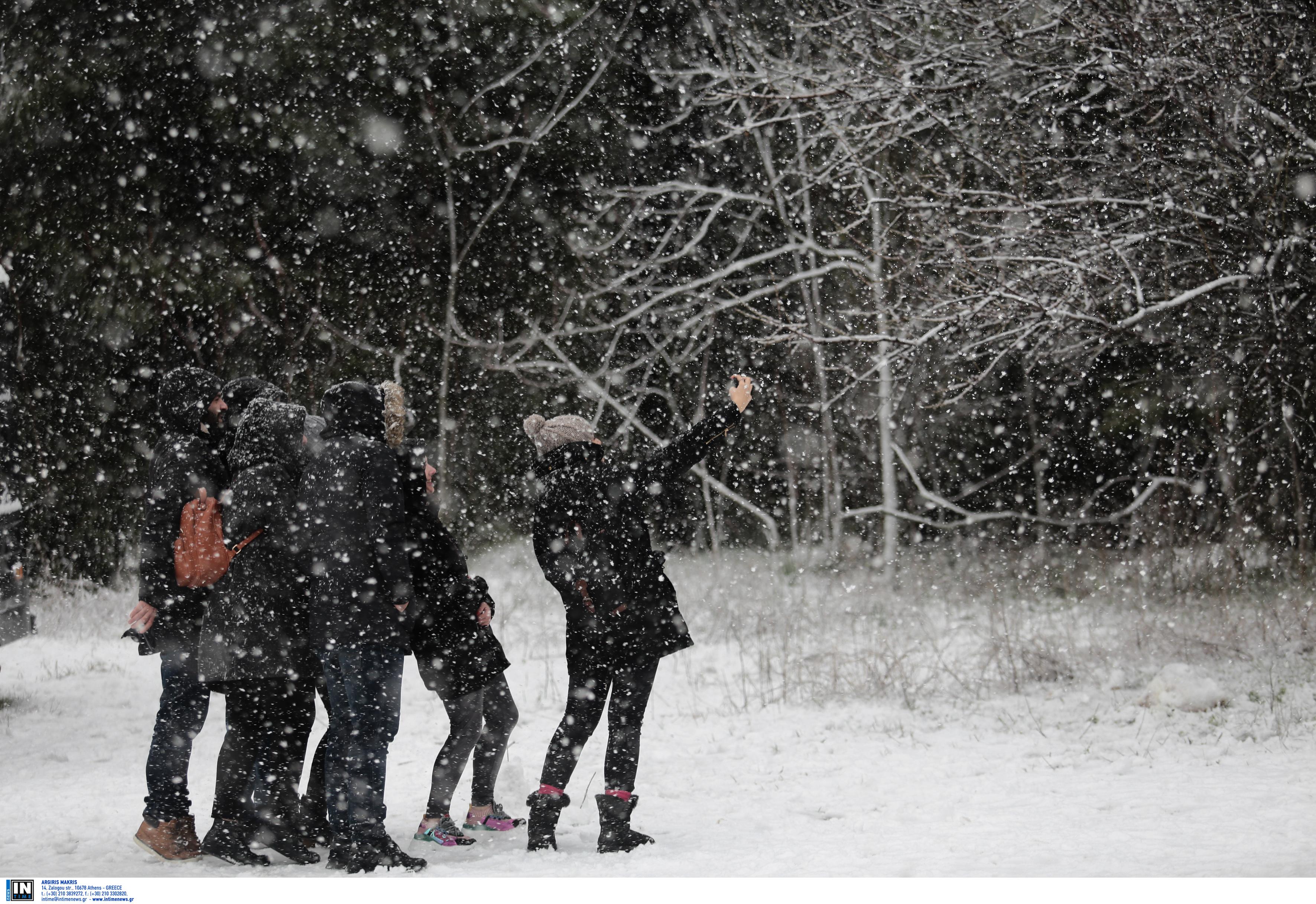 Χιόνια και σε χαμηλό υψόμετρο στην Αττική – Τσουχτερό κρύο και βοριάδες 10 μποφόρ