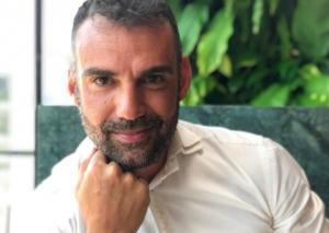 Λάμπρος Χούτος: Ποζάρει αγκαλιά με την τραγουδίστρια σύντροφό του! [pics]
