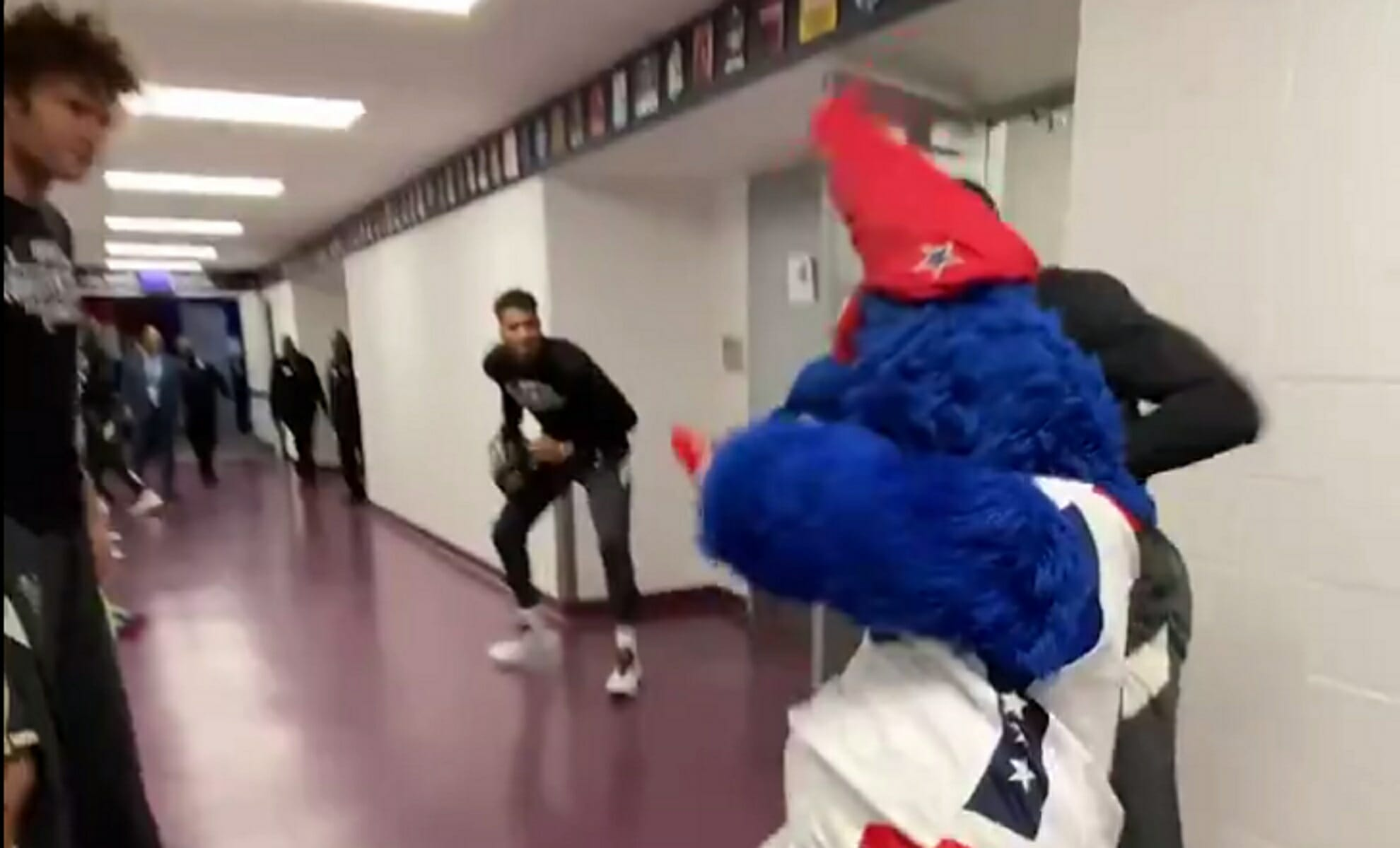 """Οι Αντετοκούνbros πρωταθλητές στην πυγμαχία! """"Νοκ άουτ"""" η μασκότ των Γουίζαρντς (video)"""