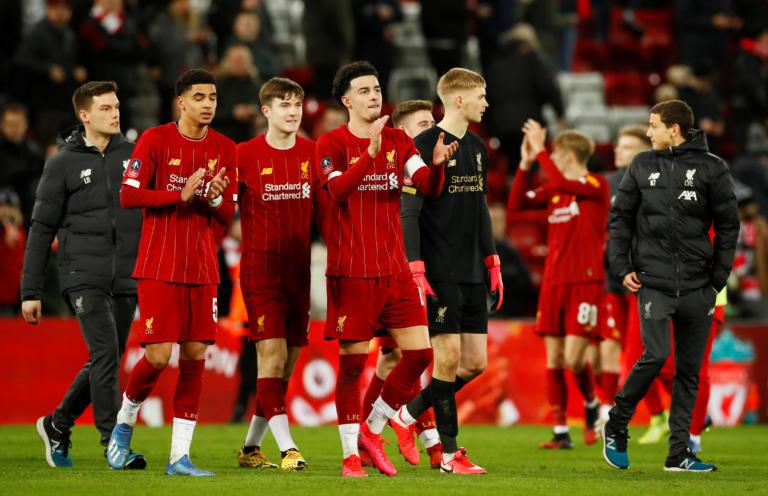Φοβερή εικόνα: Οι παίκτες της Λίβερπουλ γονάτισαν στο γήπεδο για τον Φλόιντ (pic)
