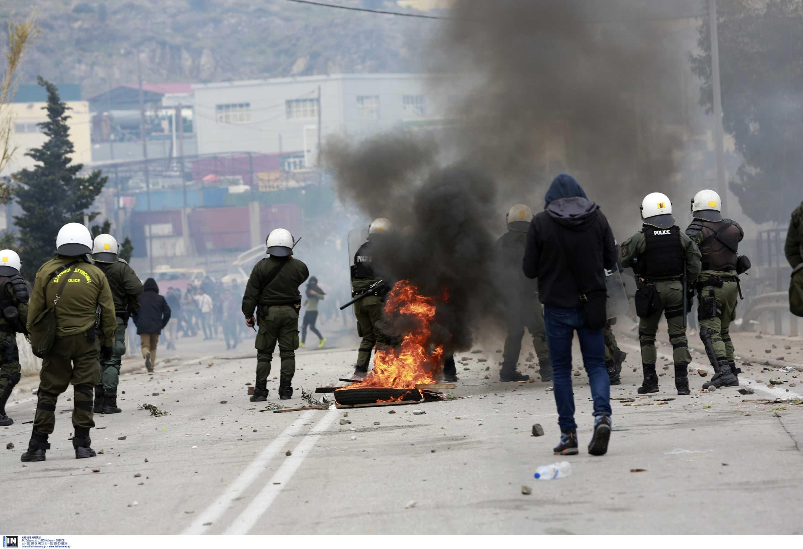 Σοκαριστικό βίντεο από το χαμό στην Μυτιλήνη: Οδηγός αγροτικού προσπαθεί να πατήσει άνδρες των ΜΑΤ!