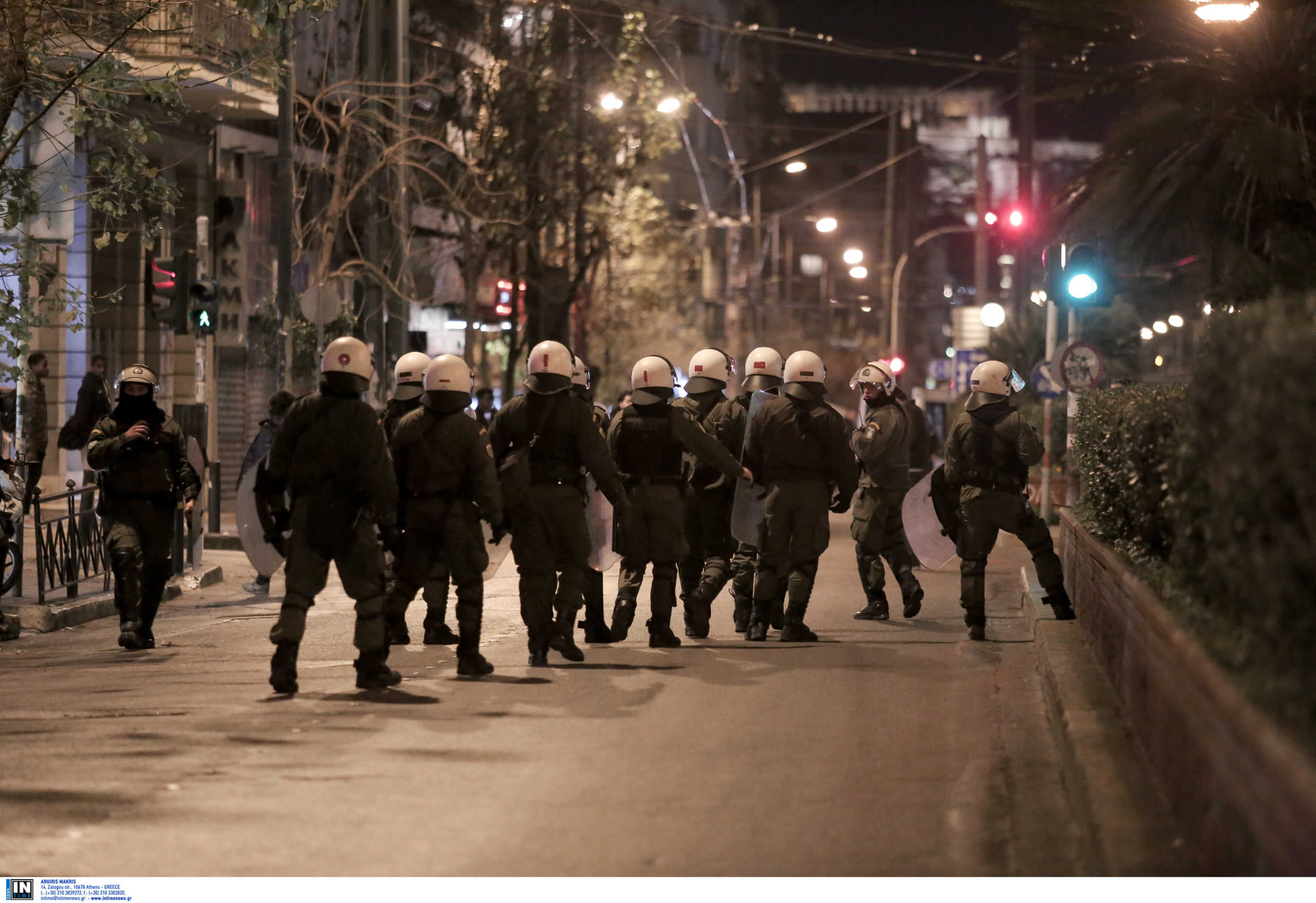 Πεδίο μάχης και πάλι η ΑΣΟΕΕ - Κουκουλοφόροι έσπασαν τζαμαρίες μαγαζιών