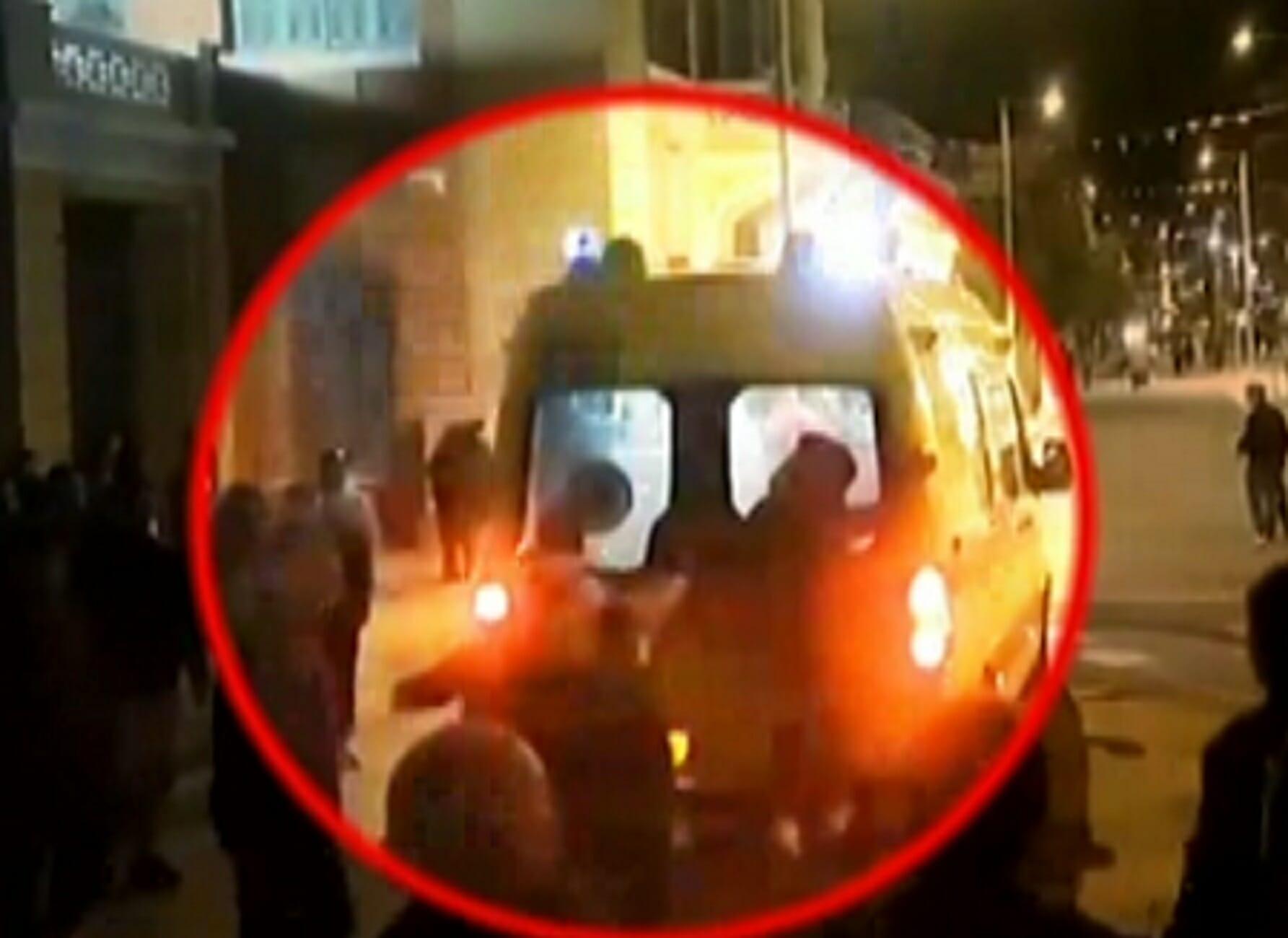 Ηράκλειο: Η στιγμή της επίθεσης σε ασθενοφόρο του ΕΚΑΒ! Σακάτεψαν στο ξύλο διασώστη (Βίντεο ντοκουμέντο)