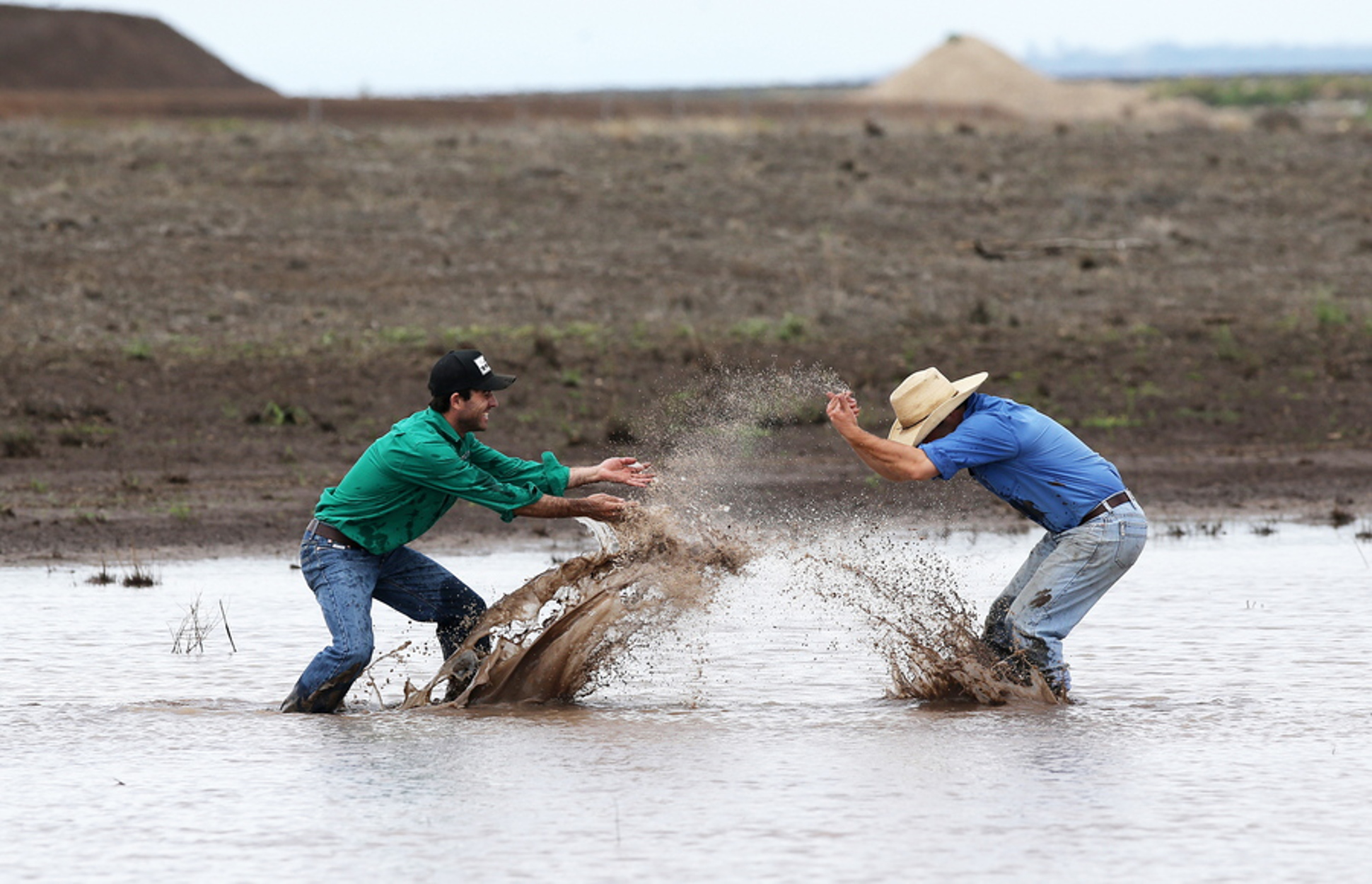 Αυστραλία: Πλημμυρίζουν και... τους αρέσει! Κατακλυσμιαίες βροχές σβήνουν τις τεράστιες φωτιές [pics]
