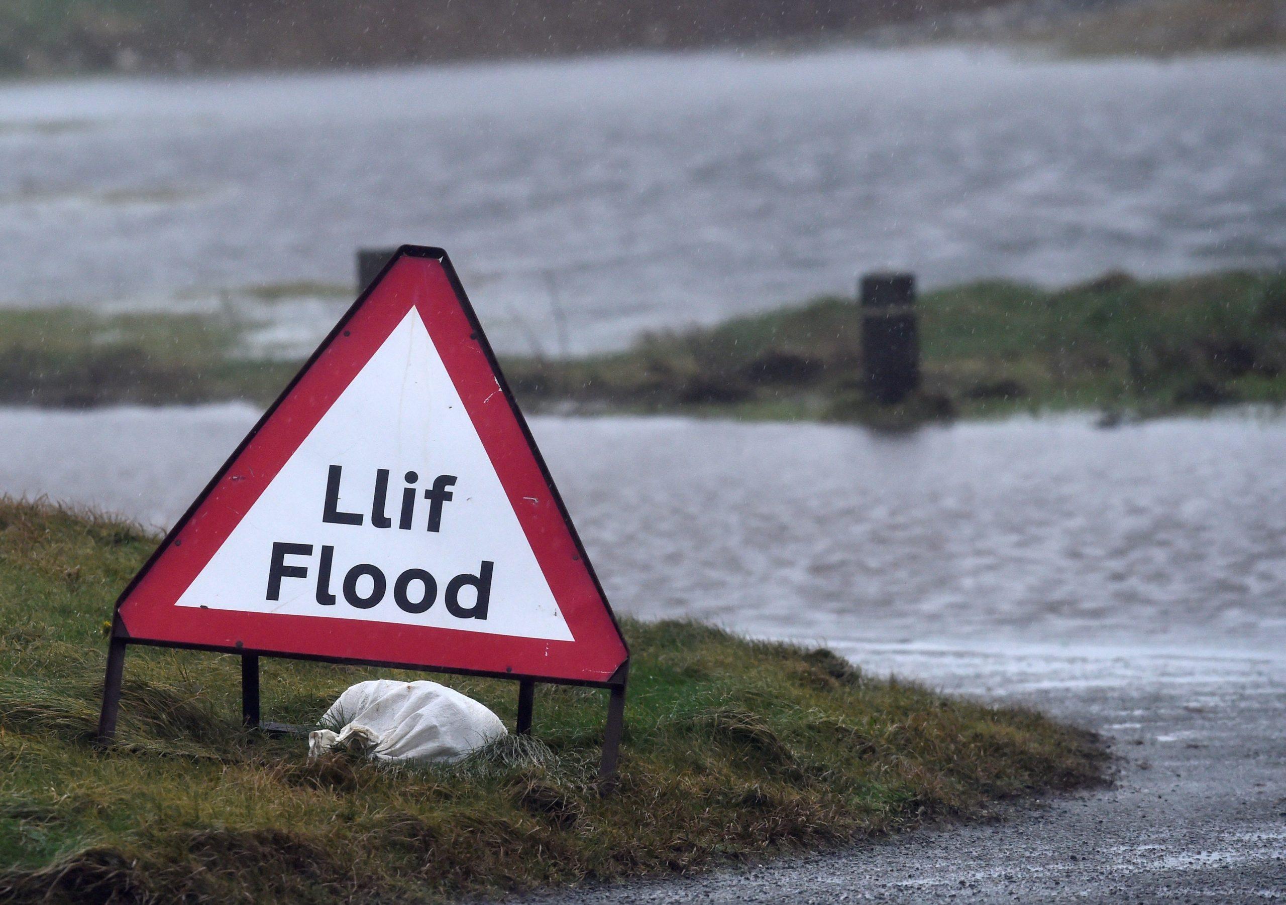 """Βρετανία: Νεκροί και καταστροφές από την τρομερή καταιγίδα """"Ντένις""""! video"""