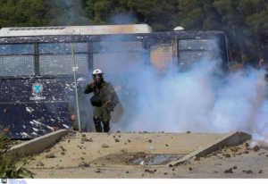 Τραυματίες από σκάγια 2 από τους 43 αστυνομικούς στα άγρια επεισόδια στην Λέσβο - Επεισοδιακή αποχώρηση των ΜΑΤ