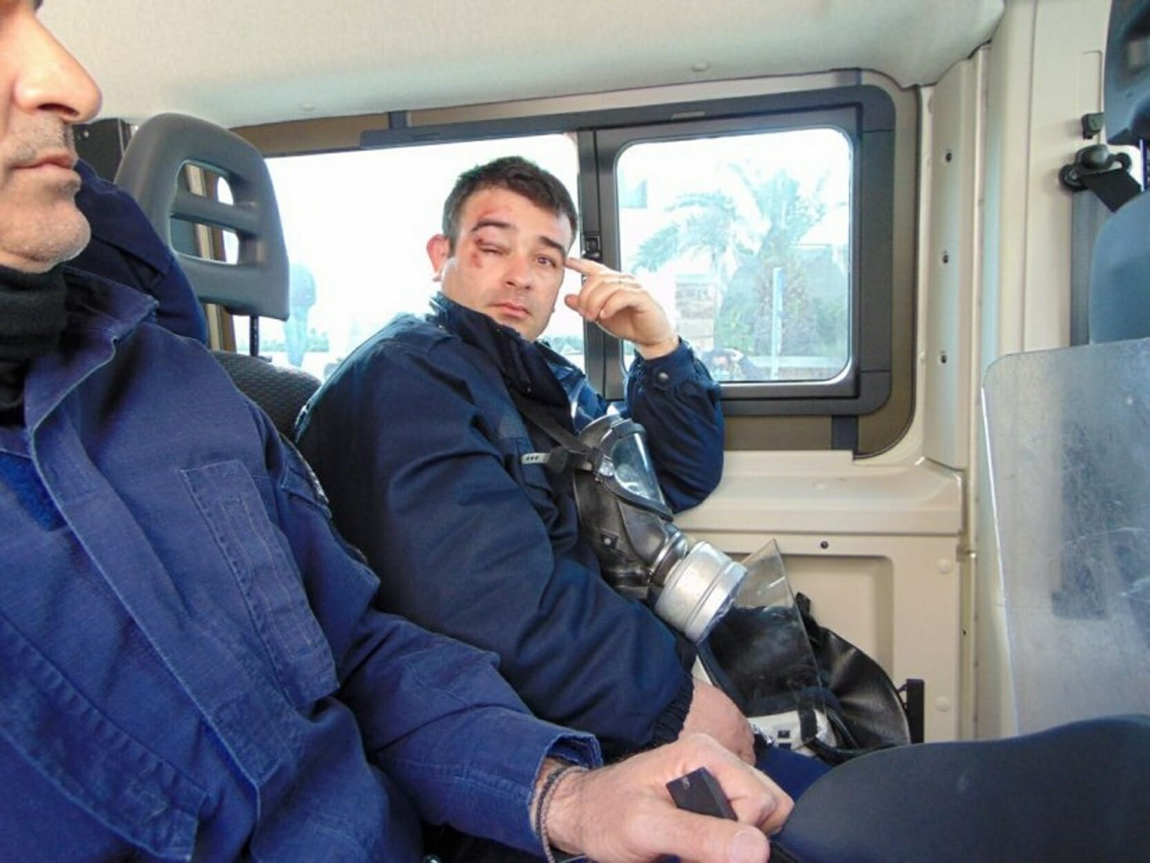 Χίος: Κάτοικοι μπήκαν στα ξενοδοχεία που μένουν τα ΜΑΤ - Τους πήραν τα ρούχα και τους ξυλοκόπησαν - 8 τραυματίες! [pics, video]