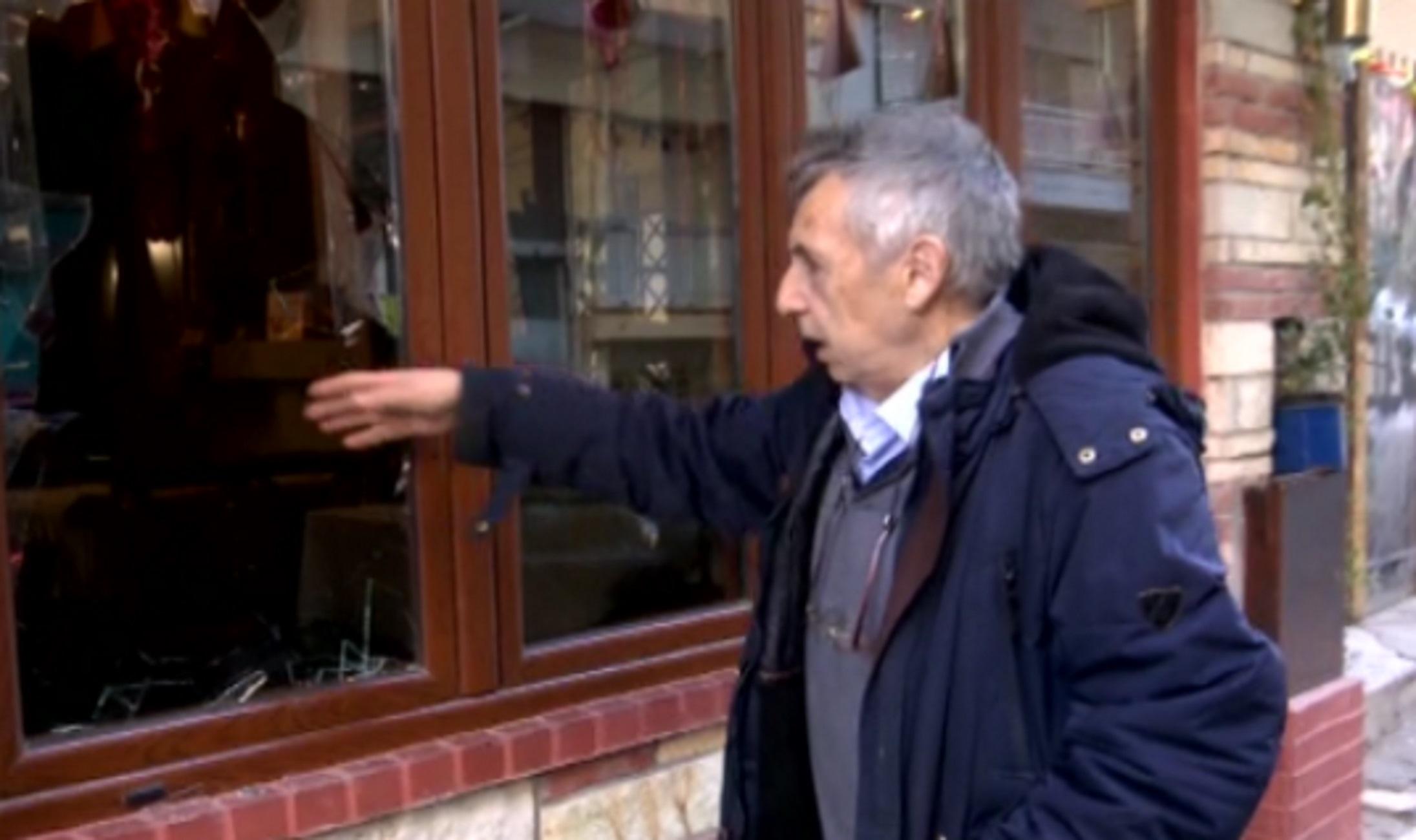 Θεσσαλονίκη: Ο διαρρήκτης του μεζεδοπωλείου σφήνωσε στο τζάμι που έσπασε! Η απρόβλεπτη κίνηση του ιδιοκτήτη (Βίντεο)