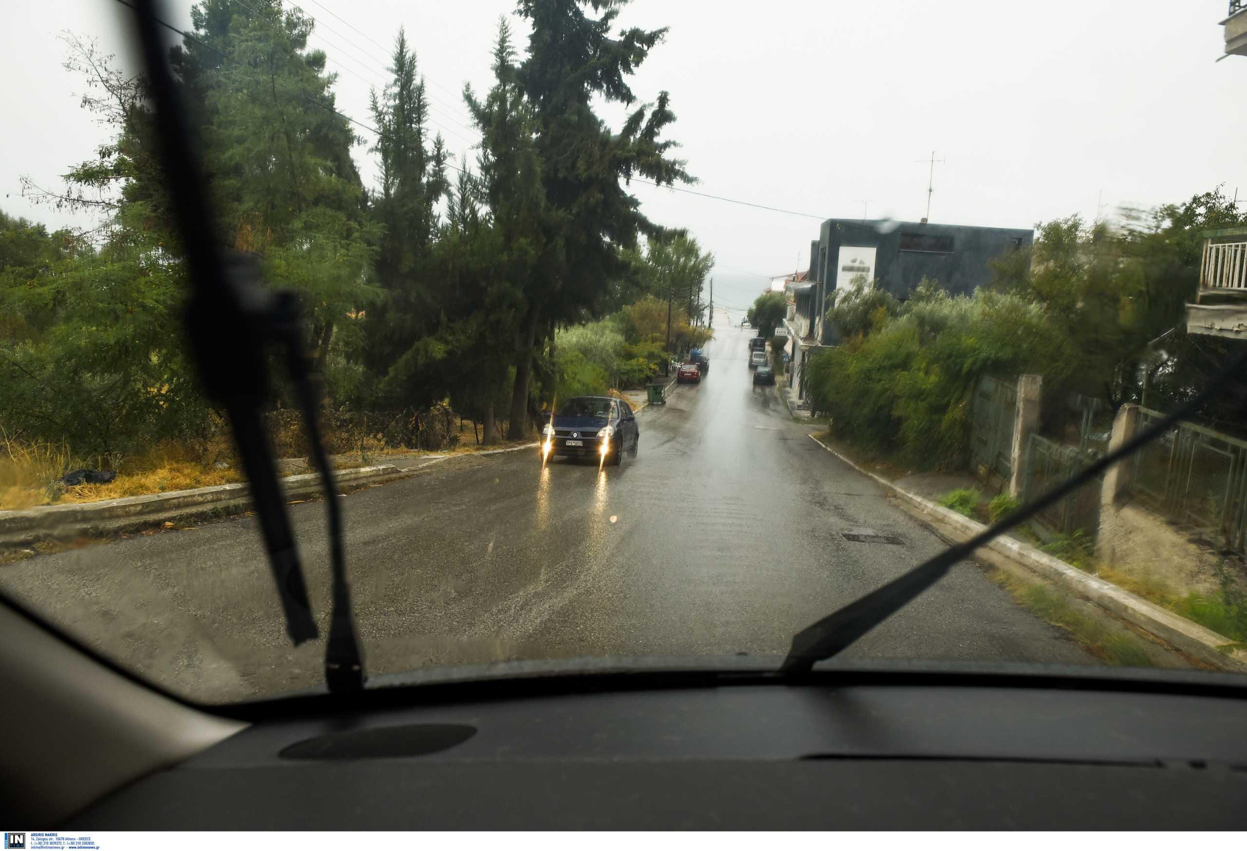 Καιρός αύριο: Τοπικές βροχές με ισχυρούς νοτιάδες και υγρασία