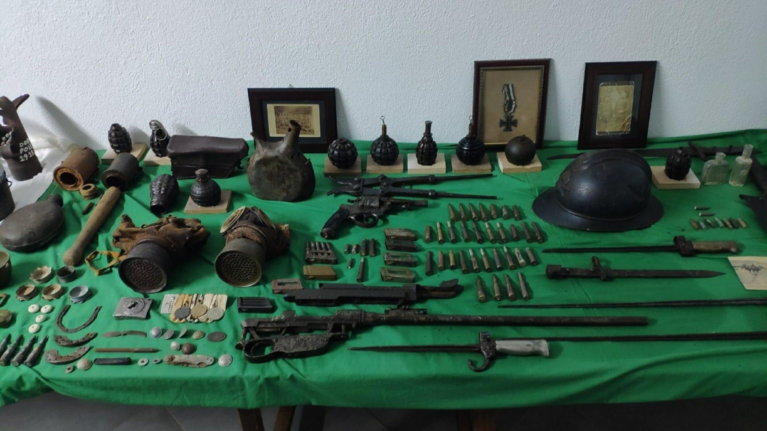 Διατηρούσε σπίτι του ένα ολόκληρο οπλοστάσιο! Χειροβομβίδες, όλμος, ξιφολόγχες, περίστροφα και υλικό για να μικρό... πόλεμο