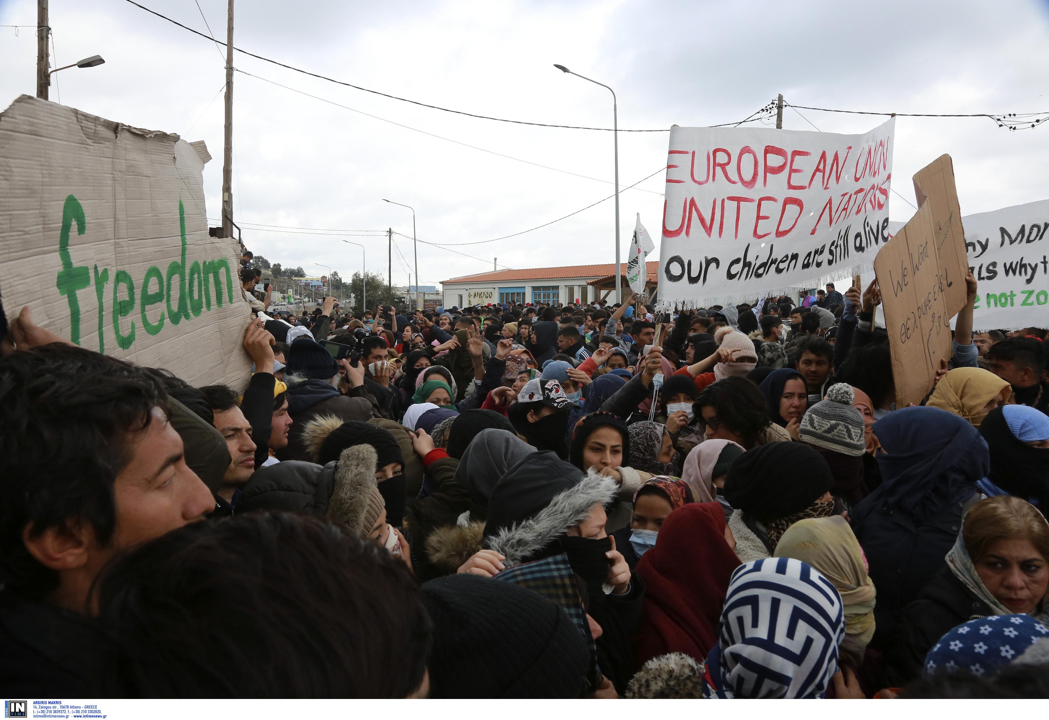 Λέσβος: Εκρηκτική η κατάσταση με νέα διαδήλωση μεταναστών στο λιμάνι! Επί ποδός η αστυνομία