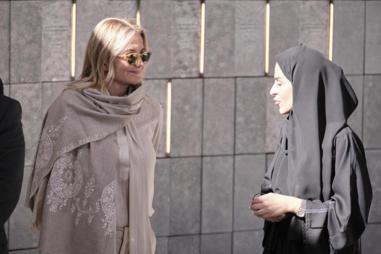 Γιατί η Μαρέβα Μητσοτάκη δεν φόρεσε μαντήλα στο Αμπού Ντάμπι [pics]
