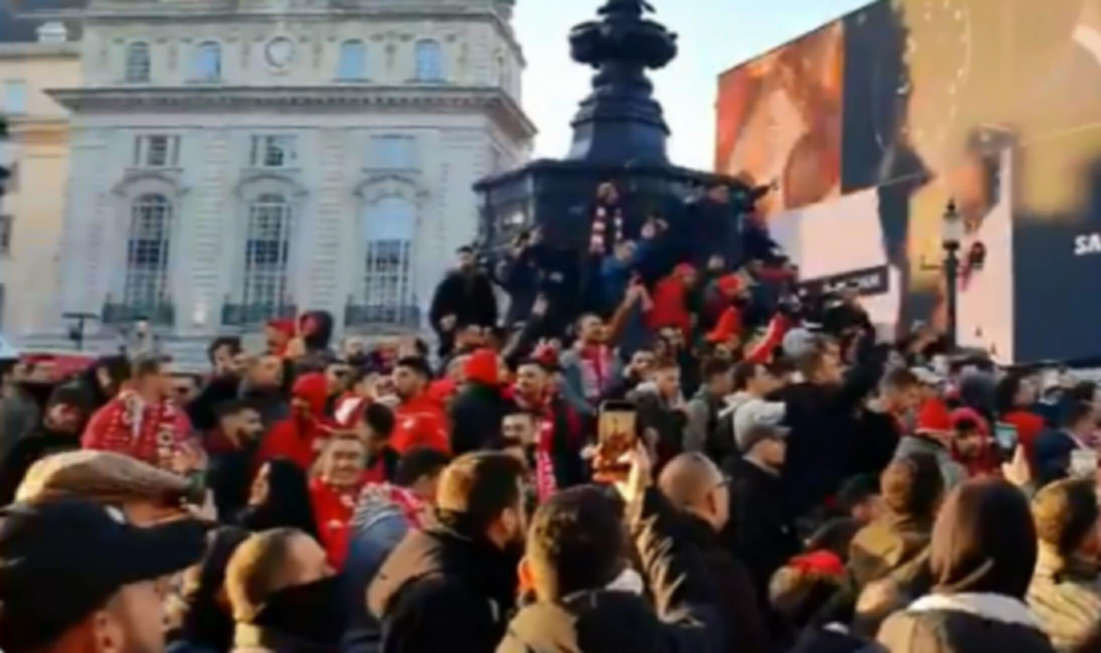 """Άρσεναλ – Ολυμπιακός: """"Βάφτηκε"""" κόκκινο το Λονδίνο! """"Τρέλα"""" των οπαδών πριν το παιχνίδι (videos)"""