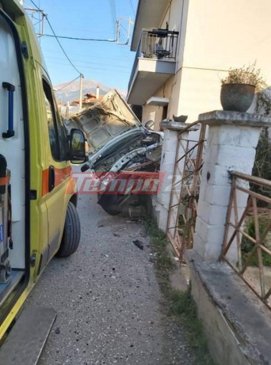 """Απίστευτο τροχαίο στην Πάτρα: ΙΧ αυτοκίνητο """"καβάλησε"""" τοίχο και το ασθενοφόρο που παρέλαβε τον τραυματία οδηγό … έμεινε και το έσπρωχναν (photos)"""