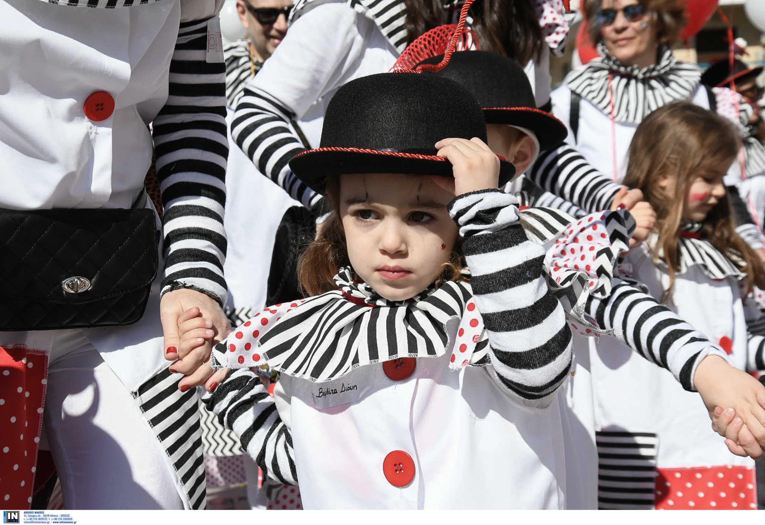 Πατρινό Καρναβάλι: Πολύχρωμες εικόνες με 14.000 παιδιά! Κέφι, χορός και ευρηματικές στολές (Βίντεο)