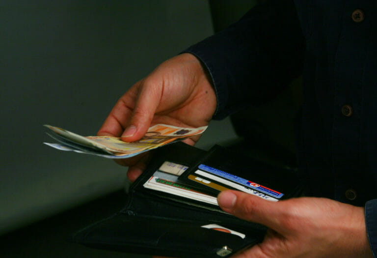 Προσοχή: Πόσο καιρό επιβιώνει ο κορονοϊός στα χαρτονομίσματα!