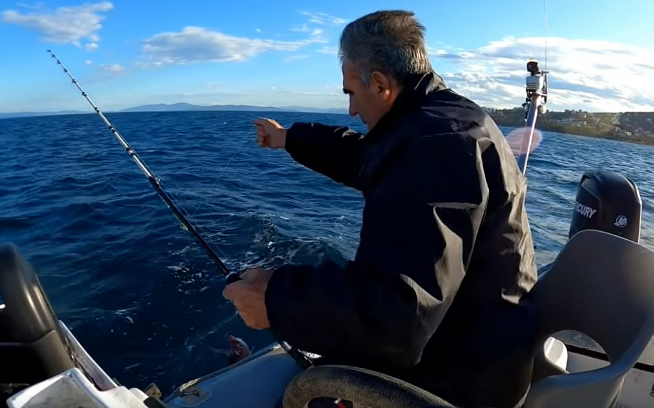 Αιγαίο: Ο ψαράς σηκώνει το καλάμι και βλέπει το… μεγάλο δώρο της θάλασσας! Χόρτασε ολόκληρη η οικογένεια (Βίντεο)