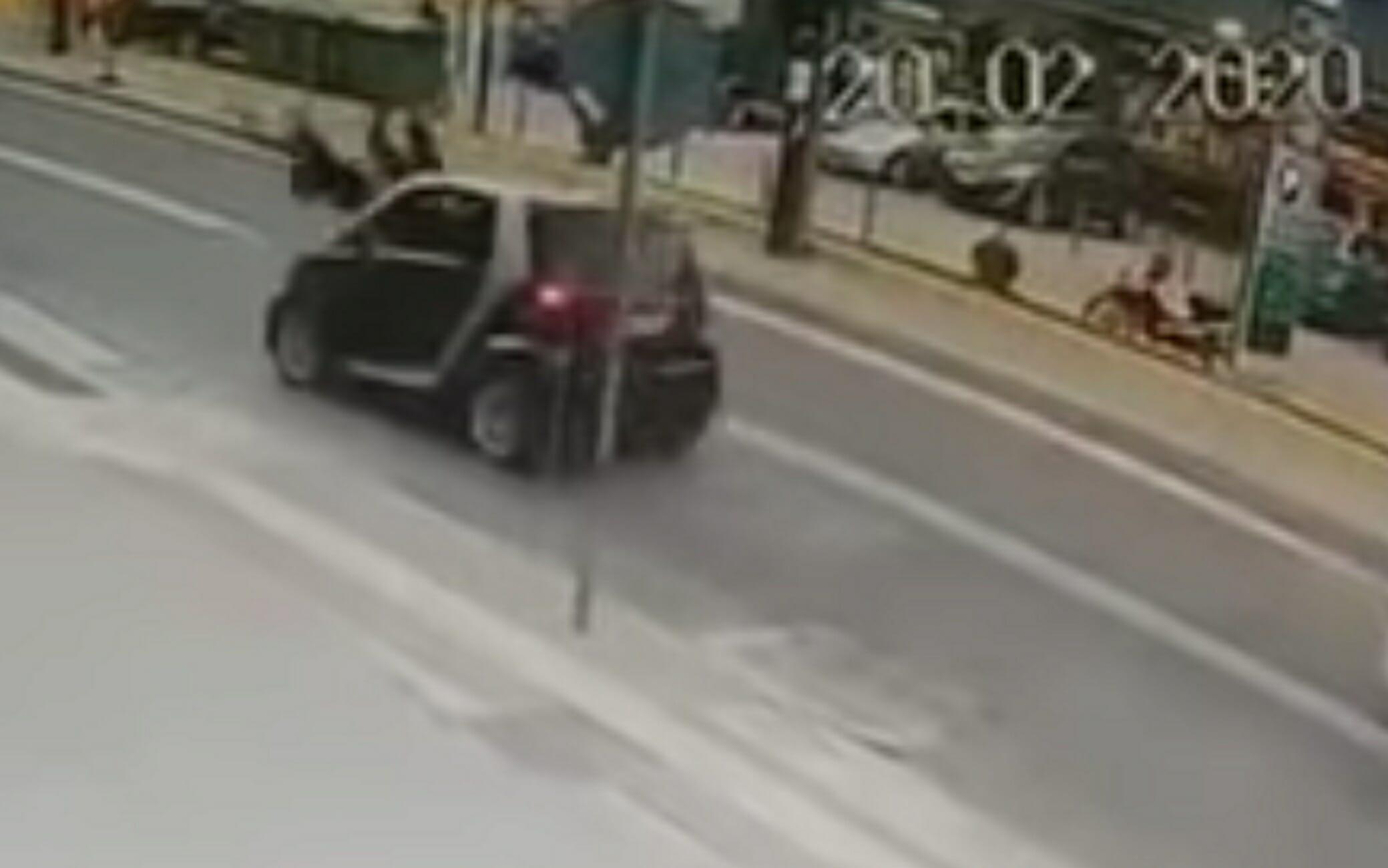 Βίντεο σοκ στο Ρέθυμνο: Η στιγμή που αυτοκίνητο χτυπάει μητέρα και παιδί μπροστά σε λεωφορείο!