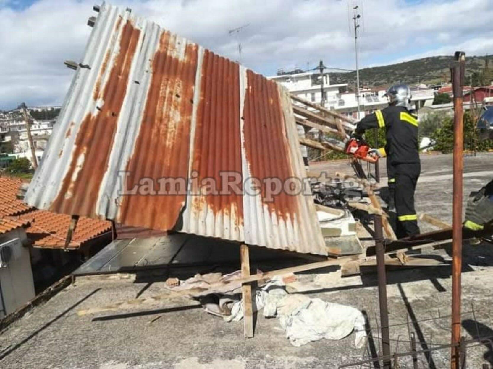 Λαμία: Ο πολύ δυνατός αέρας ξήλωσε σκεπή και έσπασε δέντρα - Επέμβαση της Πυροσβεστικής [pics]