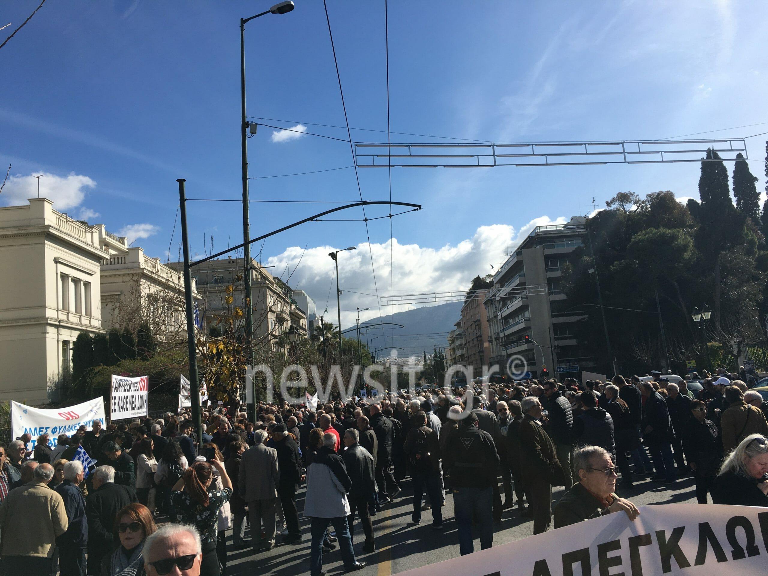 """Συλλαλητήριο διαμαρτυρίας νησιωτών στο Υπουργείο Εσωτερικών - """"Βράζουν"""" για την επίταξη γης για κλειστά κέντρα - Κυκλοφοριακό """"έμφραγμα"""""""
