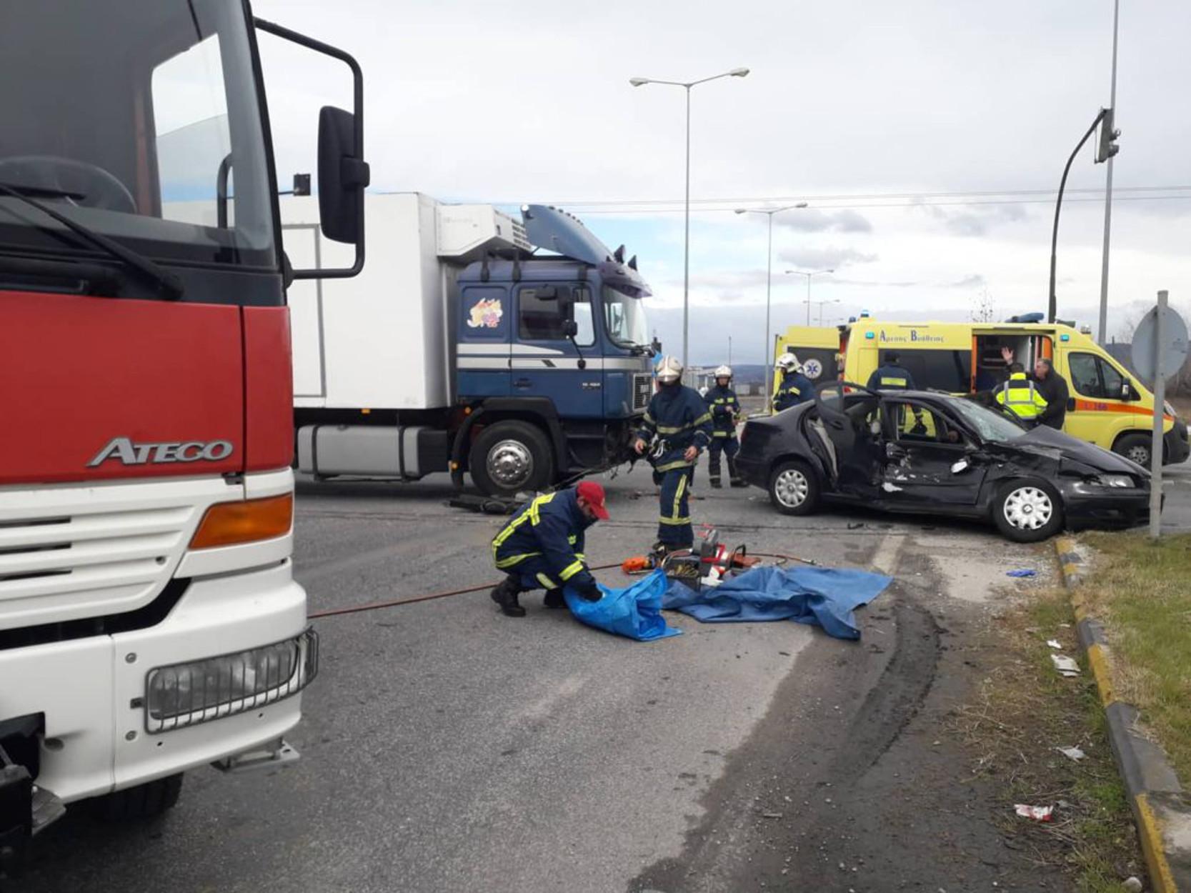 Τρίκαλα: Νταλίκα παρέσυρε αυτοκίνητο! Σε σοβαρή κατάσταση η οδηγός [pics]