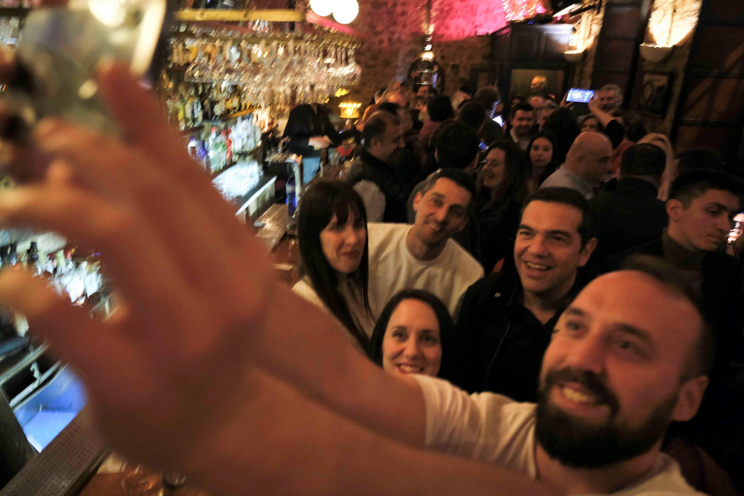 «Μπαρότσαρκα», selfies και χαμόγελα για Τσίπρα στα Γιάννενα