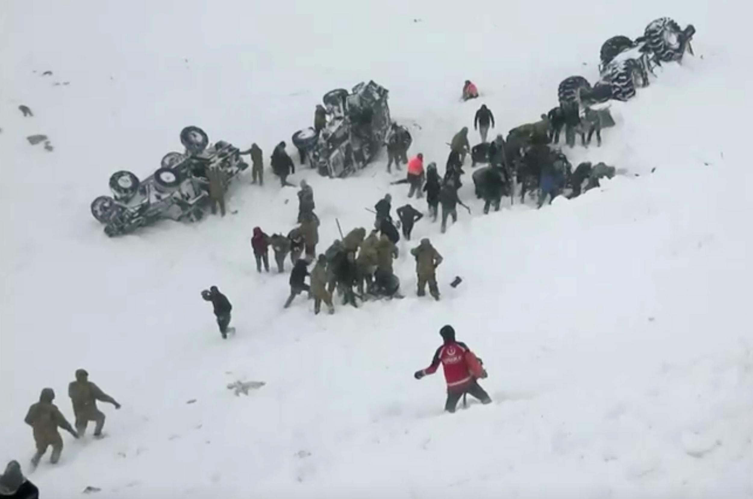 Εικόνες σοκ από την χιονοστιβάδα στην Τουρκία με τους 33 νεκρούς! Πάνω από 30 τραυματίες!