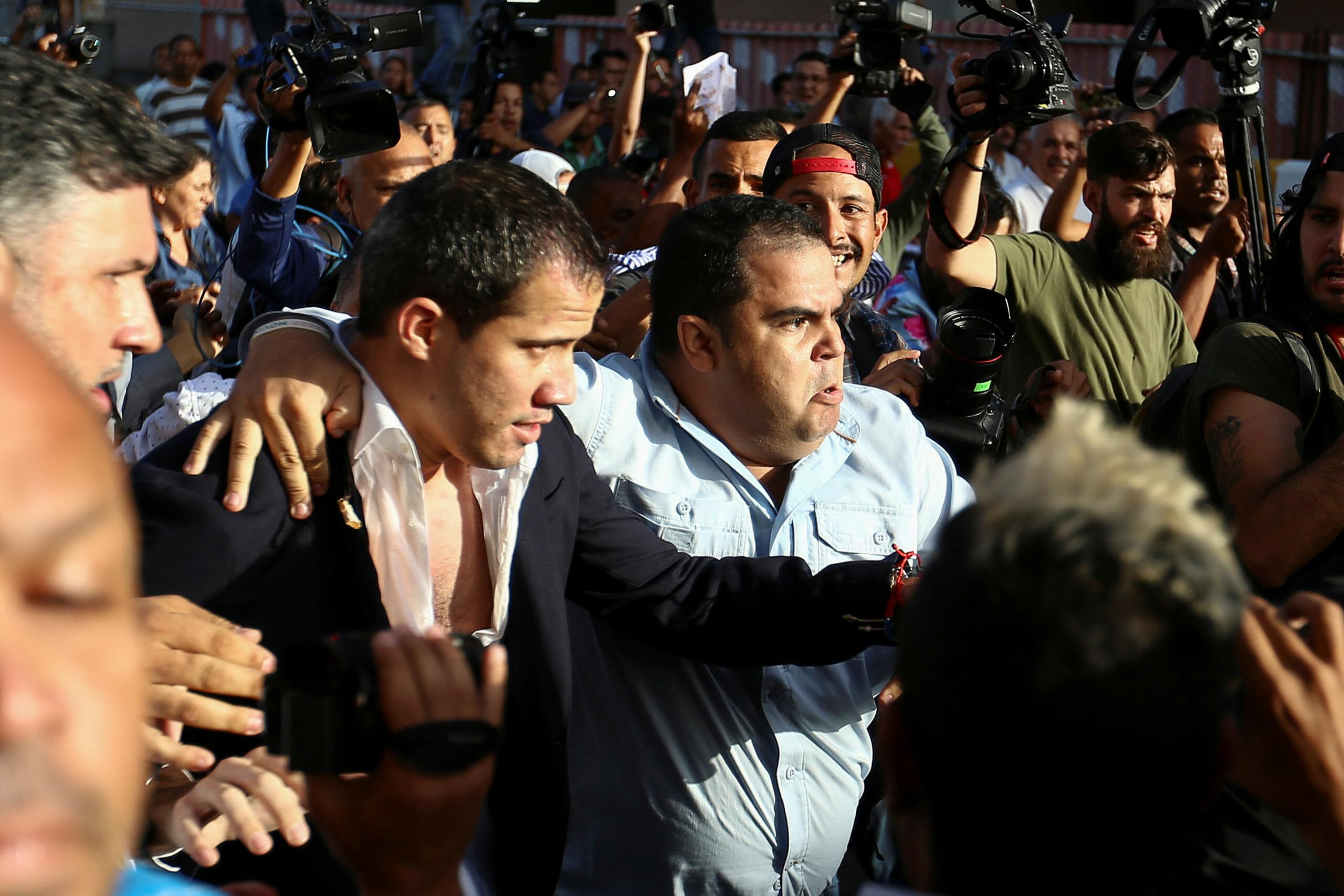 Άγρια επεισόδια και προπηλακισμός του Γκουαϊδό στο αεροδρόμιο της Βενεζουέλας