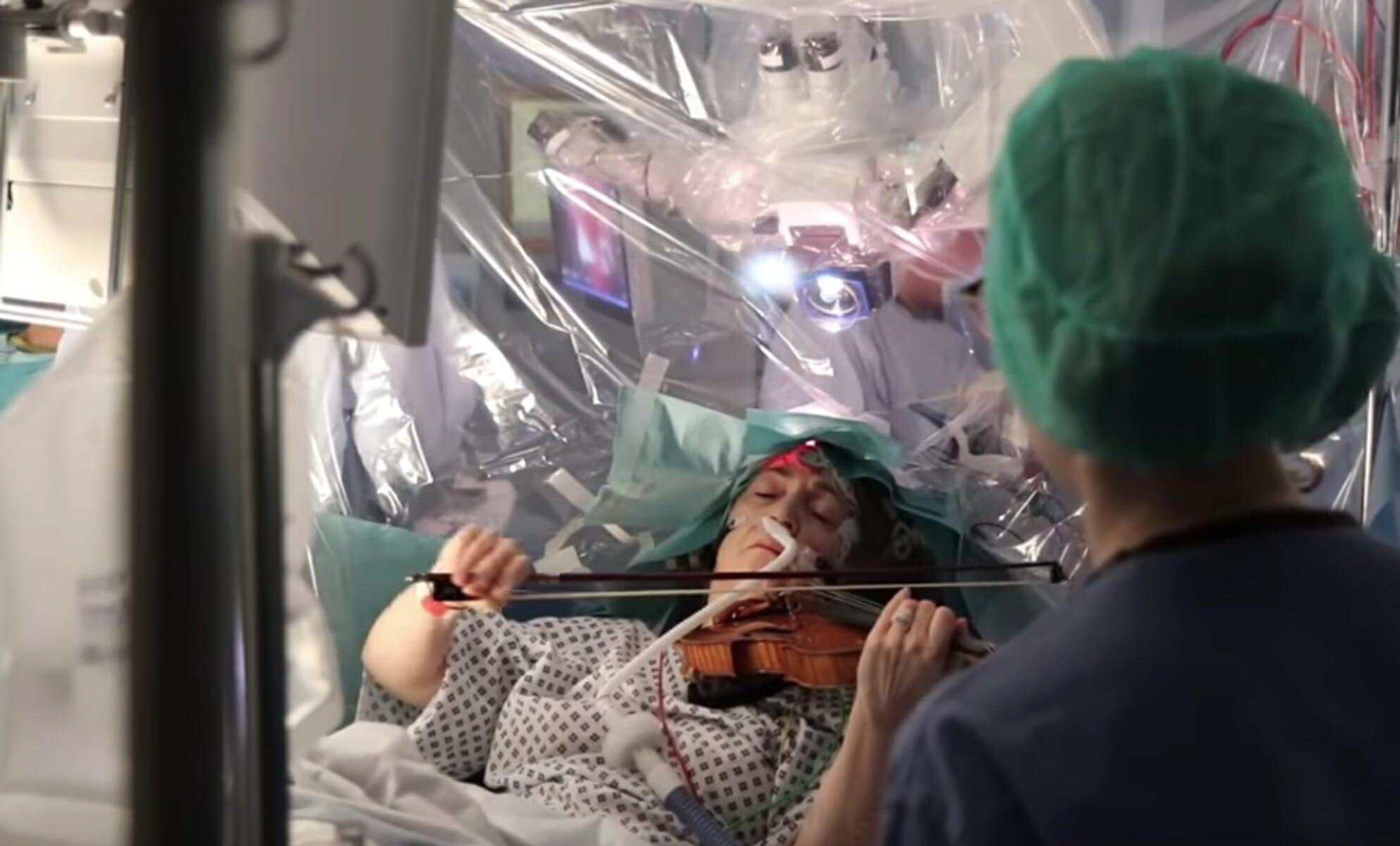 Έπαιζε βιολί την ώρα που την χειρουργούσαν στον εγκέφαλο!