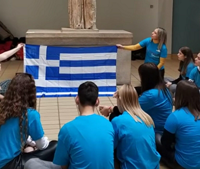 Βρετανικό Μουσείο: Το συγκλονιστικό μοιρολόι μαθητών της Κρήτης μπροστά στην Καρυάτιδα (Βίντεο)