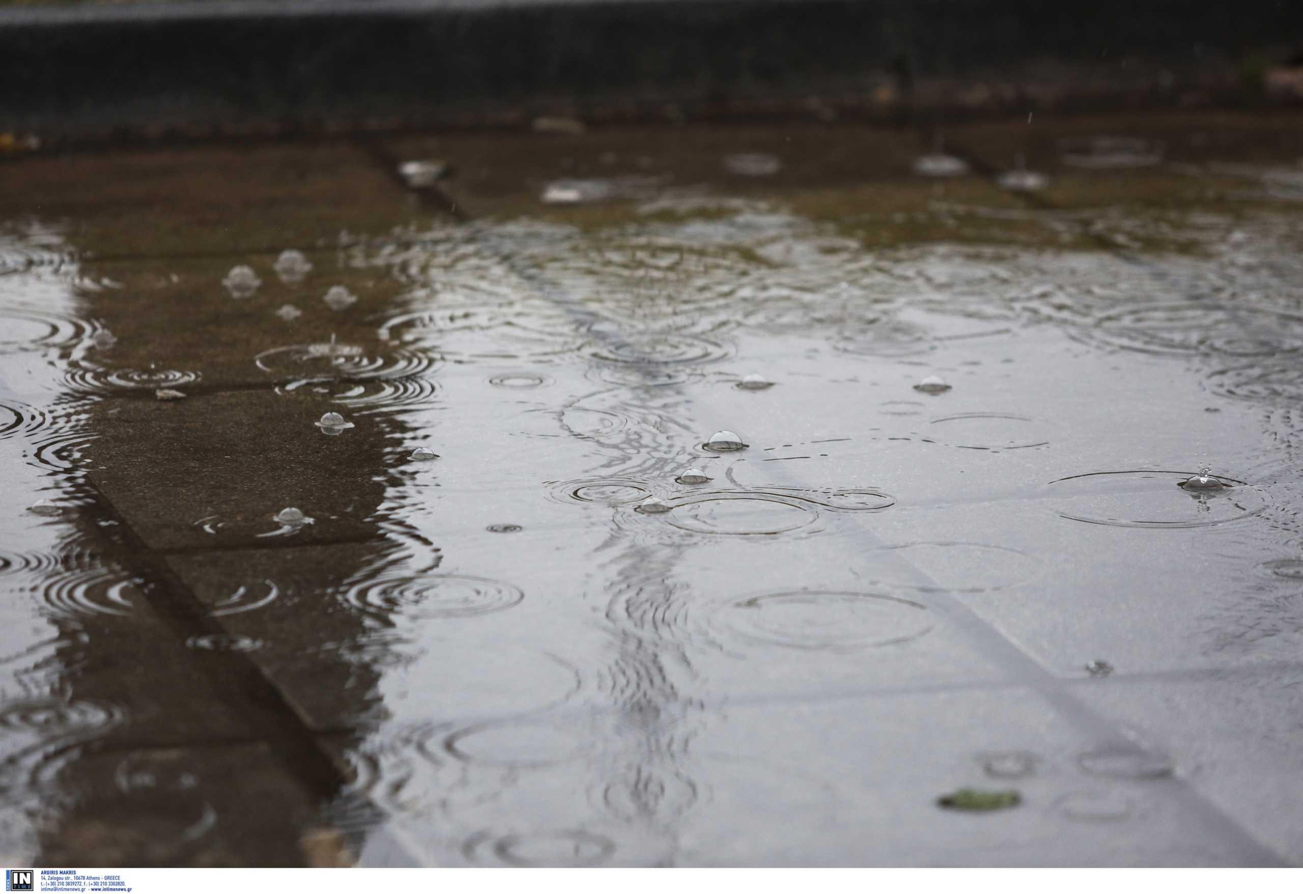Καιρός αύριο: Χειμωνιάτικος με βροχές και καταιγίδες