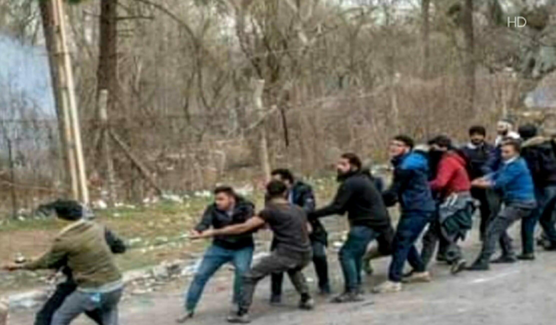 Έβρος: Η στιγμή που μετανάστες προσπαθούν να ρίξουν τον φράχτη στα σύνορα!