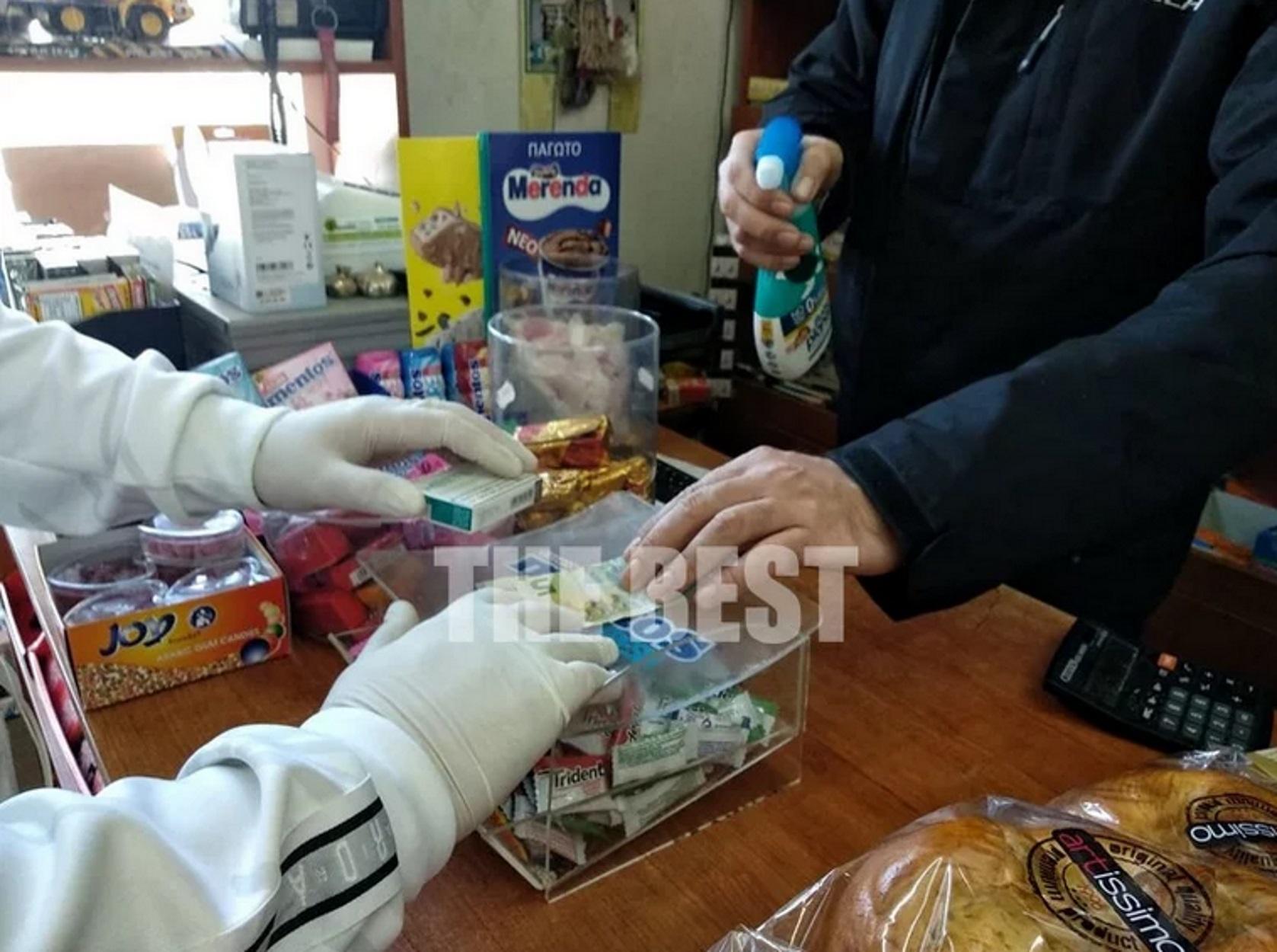 Κορονοϊός: Ψέκασαν πεντάευρο με αντισηπτικό