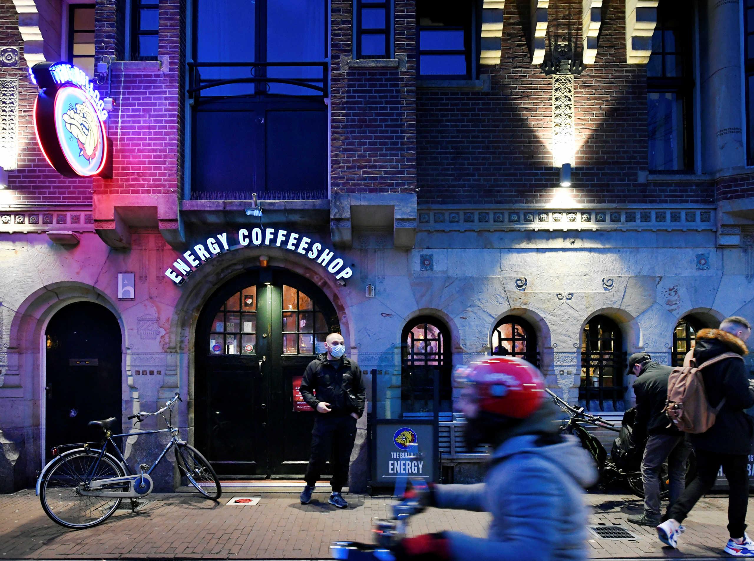 Ποια αντισηπτικά; Ουρές για μαριχουάνα στην Ολλανδία