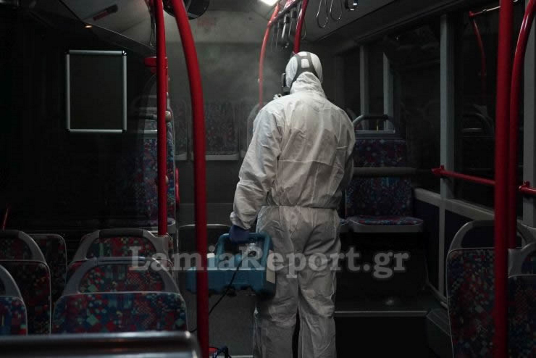 """Επόμενη στάση... """"Κορονοϊός"""": Καρέ - καρέ η συστηματική απολύμανση μέσα στα αστικά λεωφορεία...."""