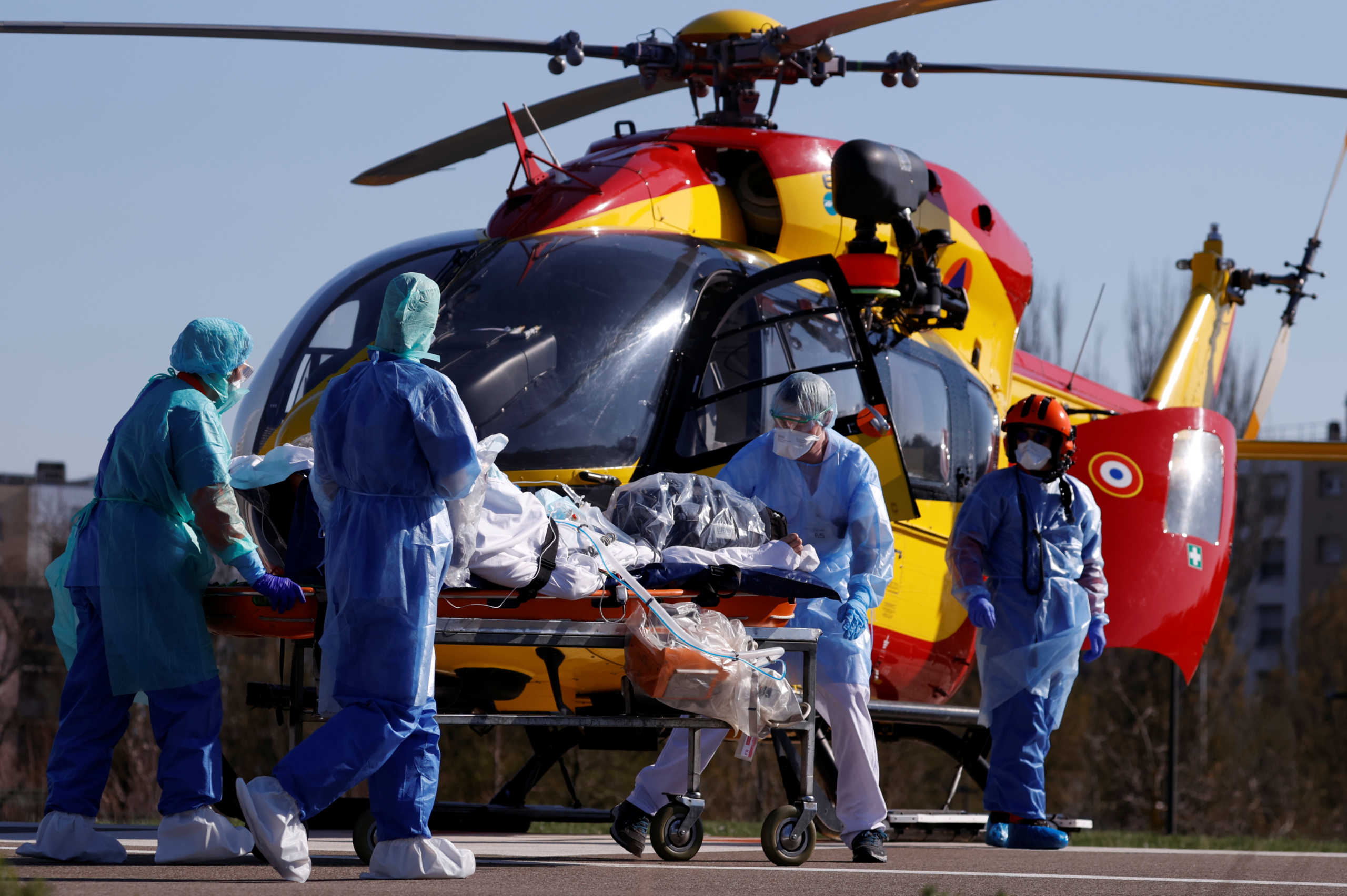 Αεροδιακομιδή ασθενών με κορονοϊό για αποσυμφόρηση του νοσοκομείου στη Μιλούζ της Γαλλίας