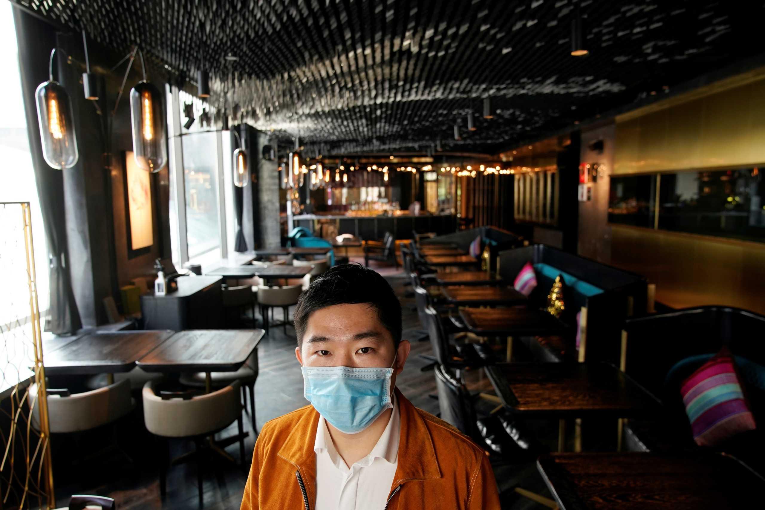 Κορονοϊός: Φτιάχνουν πυρετωδώς χιλιάδες μάσκες τη μέρα
