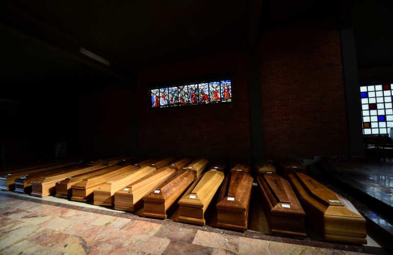 Ιταλία: Συγκλονίζει ιερέας που διάβασε την τελευταία προσευχή σε νεκρούς από κορονοϊό