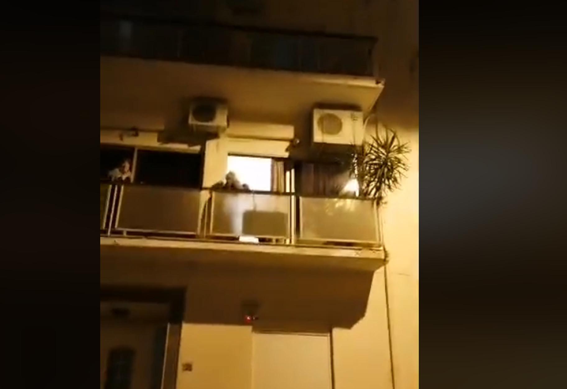 """Κορονοϊός: Γιαγιάδες στην Κυψέλη τραγουδούν """"ο χάρος βγήκε παγανιά"""" στα μπαλκόνια! (video)"""