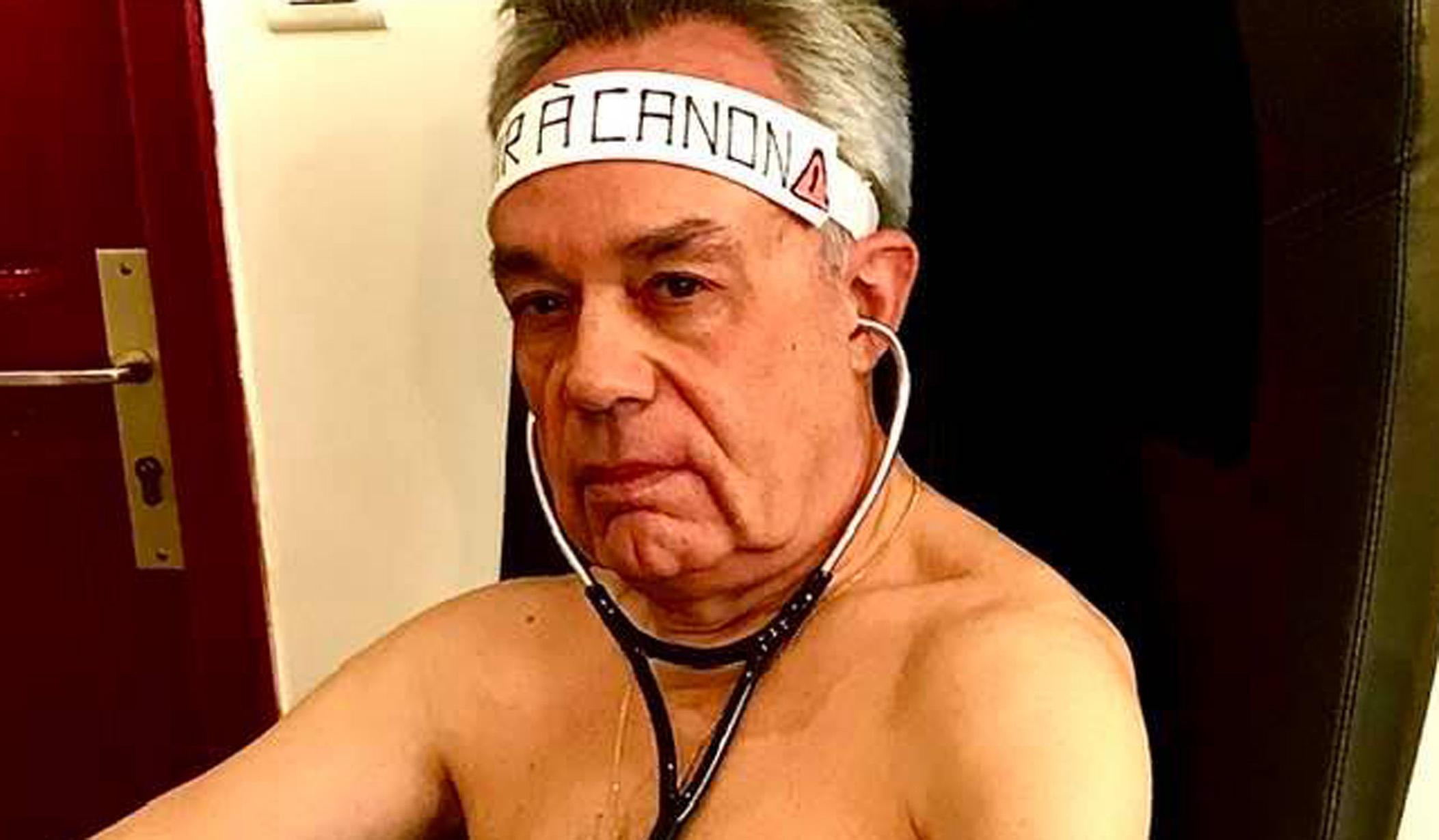 """Κορονοϊός: Γιατρός πόζαρε… γυμνός για να καταγγείλει την """"γύμνια"""" σε ιατρικό εξοπλισμό"""