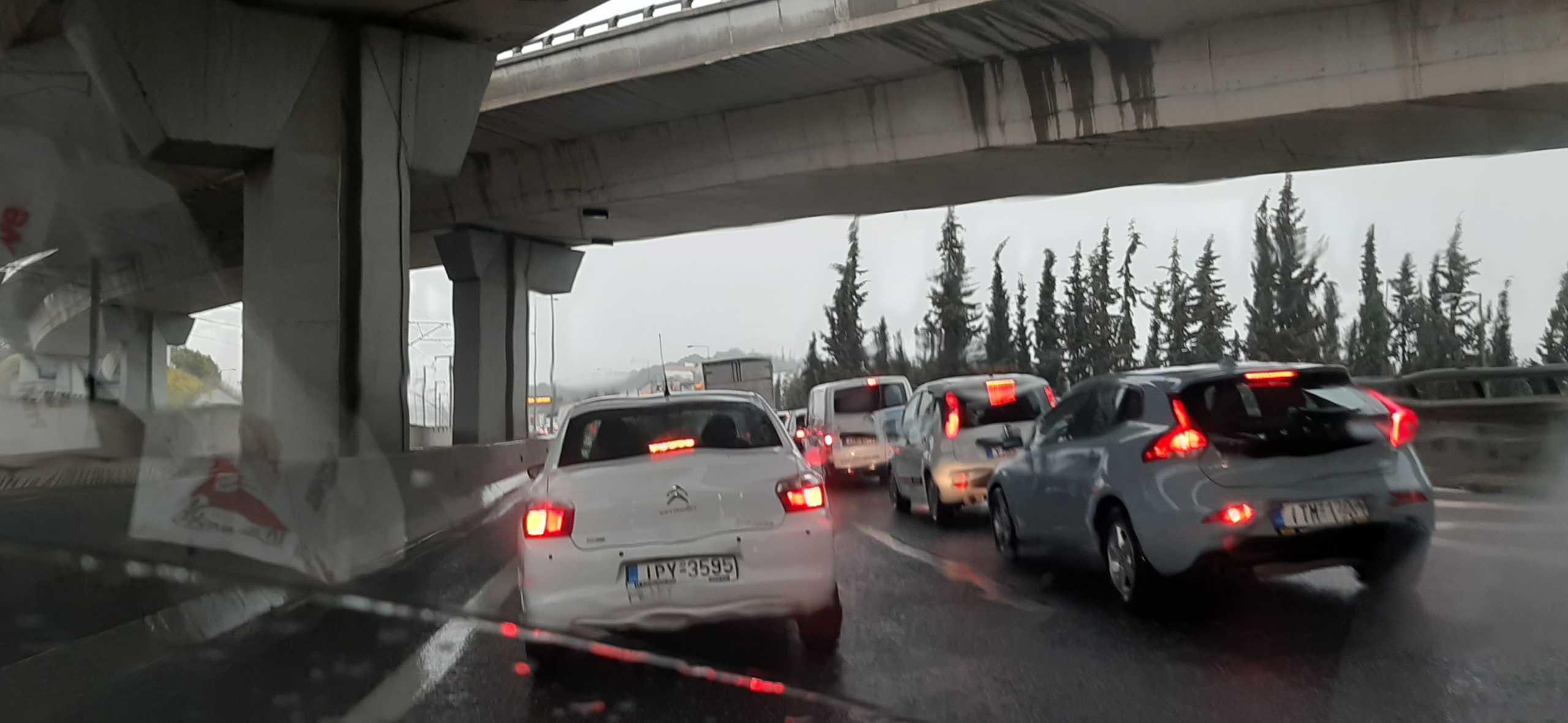 Αυξημένη κίνηση στη λεωφόρο Αθηνών μετά από σύγκρουση οχημάτων (pic)