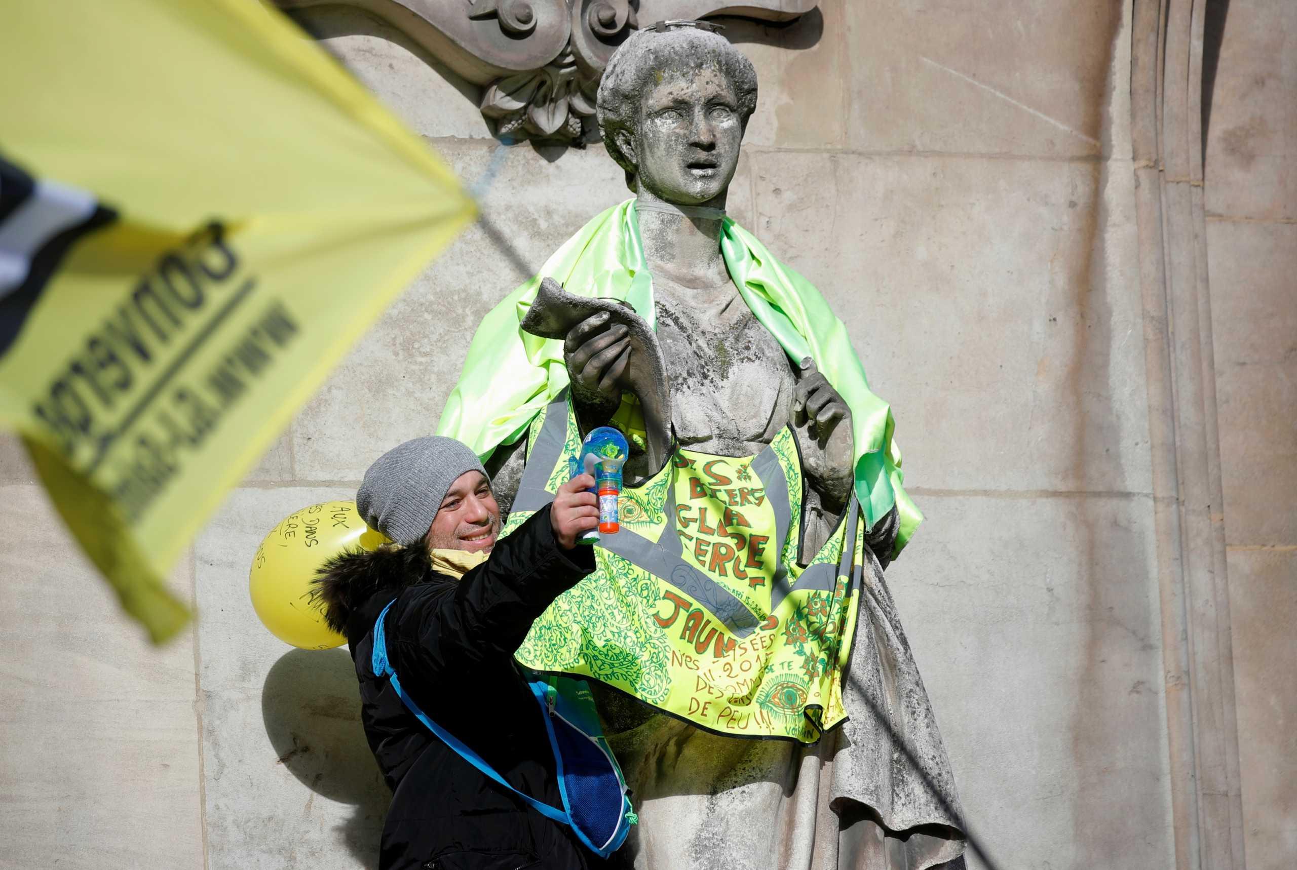 """Κορονοϊός: Τα """"Κίτρινα Γιλέκα"""" αγνόησαν τις απαγορεύσεις και διαδήλωσαν στο Παρίσι"""