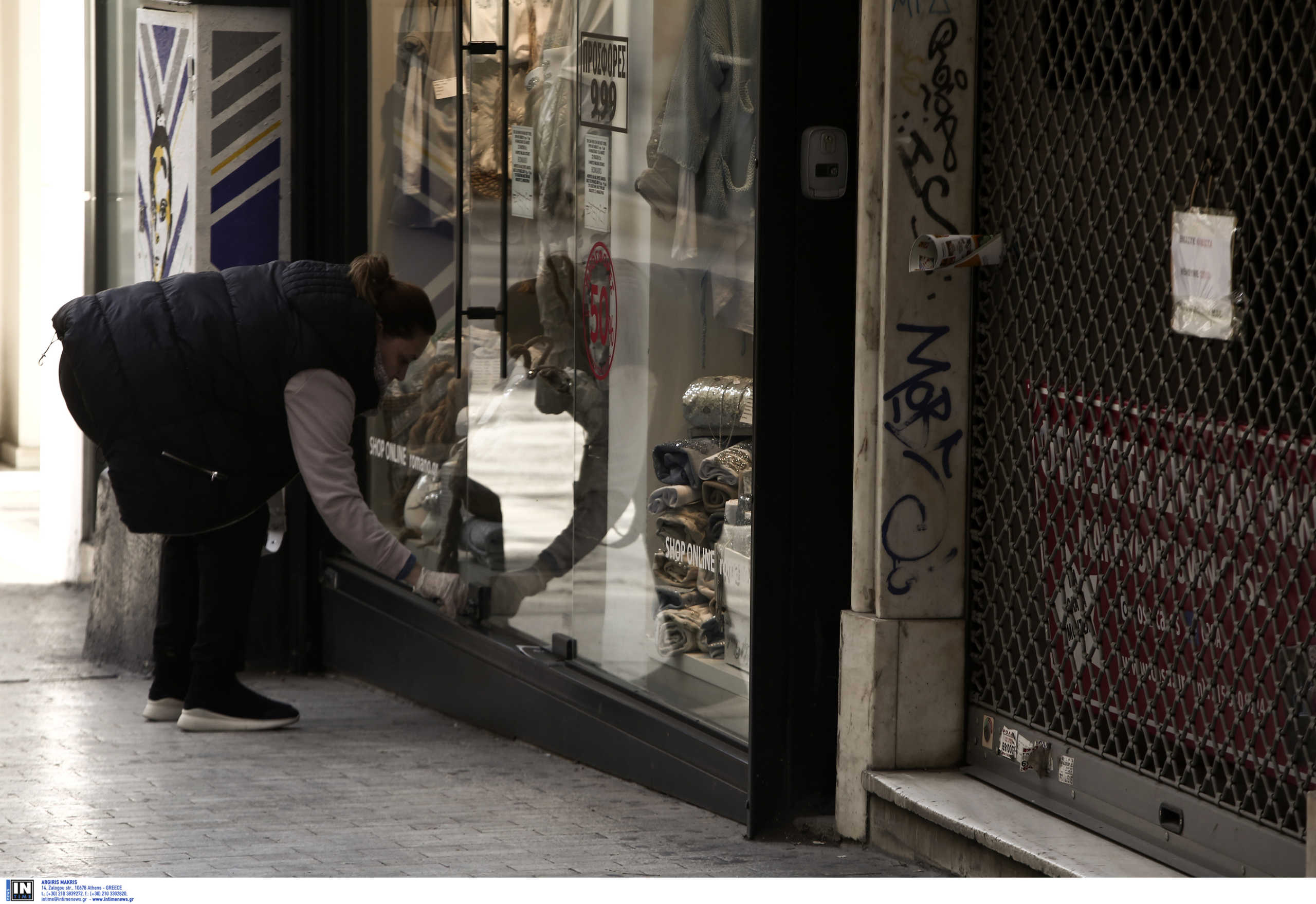 Θεσσαλονίκη: Διαρρήκτης άδειαζε μαγαζιά που έχουν κατεβάσει ρολά λόγω κορονοϊού