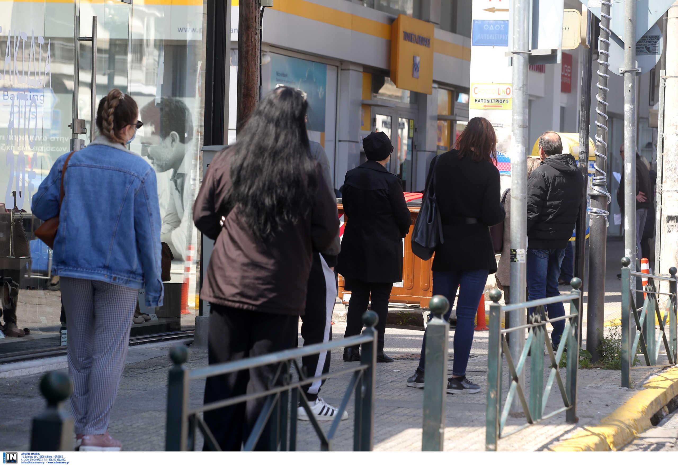 """Κρήτη: Στην ουρά της τράπεζας με σπασμένα νεύρα! """"Περιμένω 40 λεπτά για να πληρώσω τον ΕΝΦΙΑ"""" (Βίντεο)"""