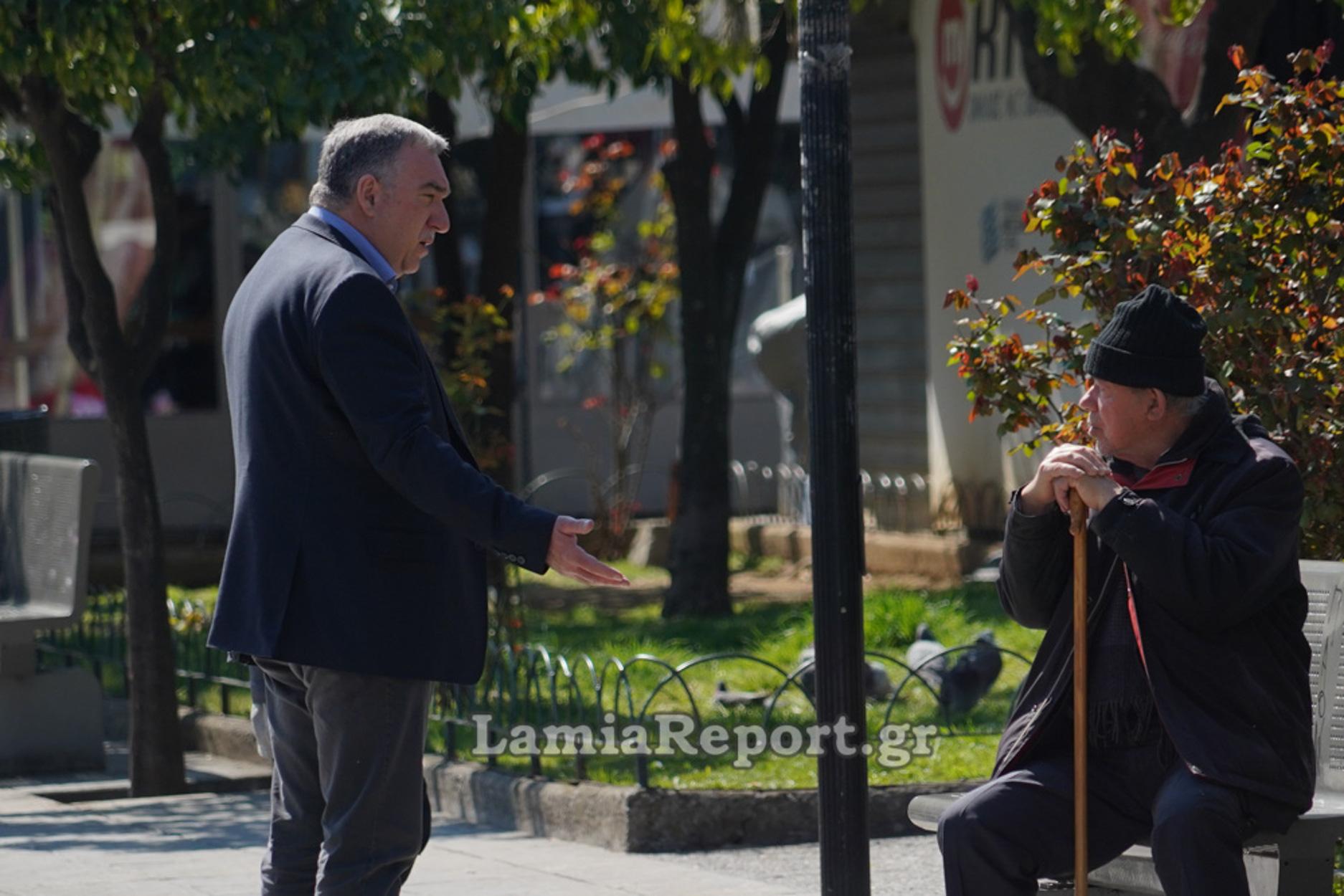 Λαμία: Απίστευτες σκηνές! Ο Δήμαρχος βγήκε να μαζέψει ηλικιωμένους που... λιάζονταν στην πλατεία (pics, video)