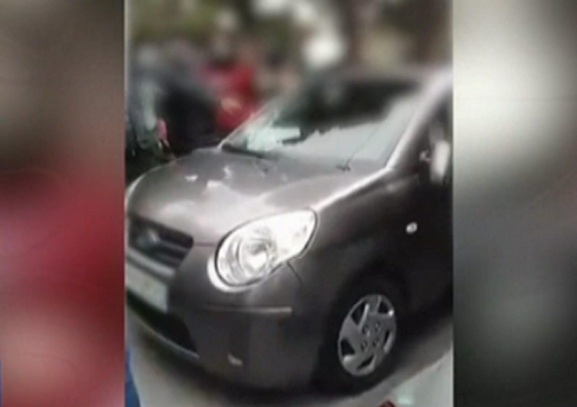 Μυτιλήνη: Η στιγμή της άγριας επίθεσης σε μέλη ΜΚΟ! Κλωτσιές, ύβρεις και ένα αυτοκίνητο γυαλιά καρφιά (Βίντεο)