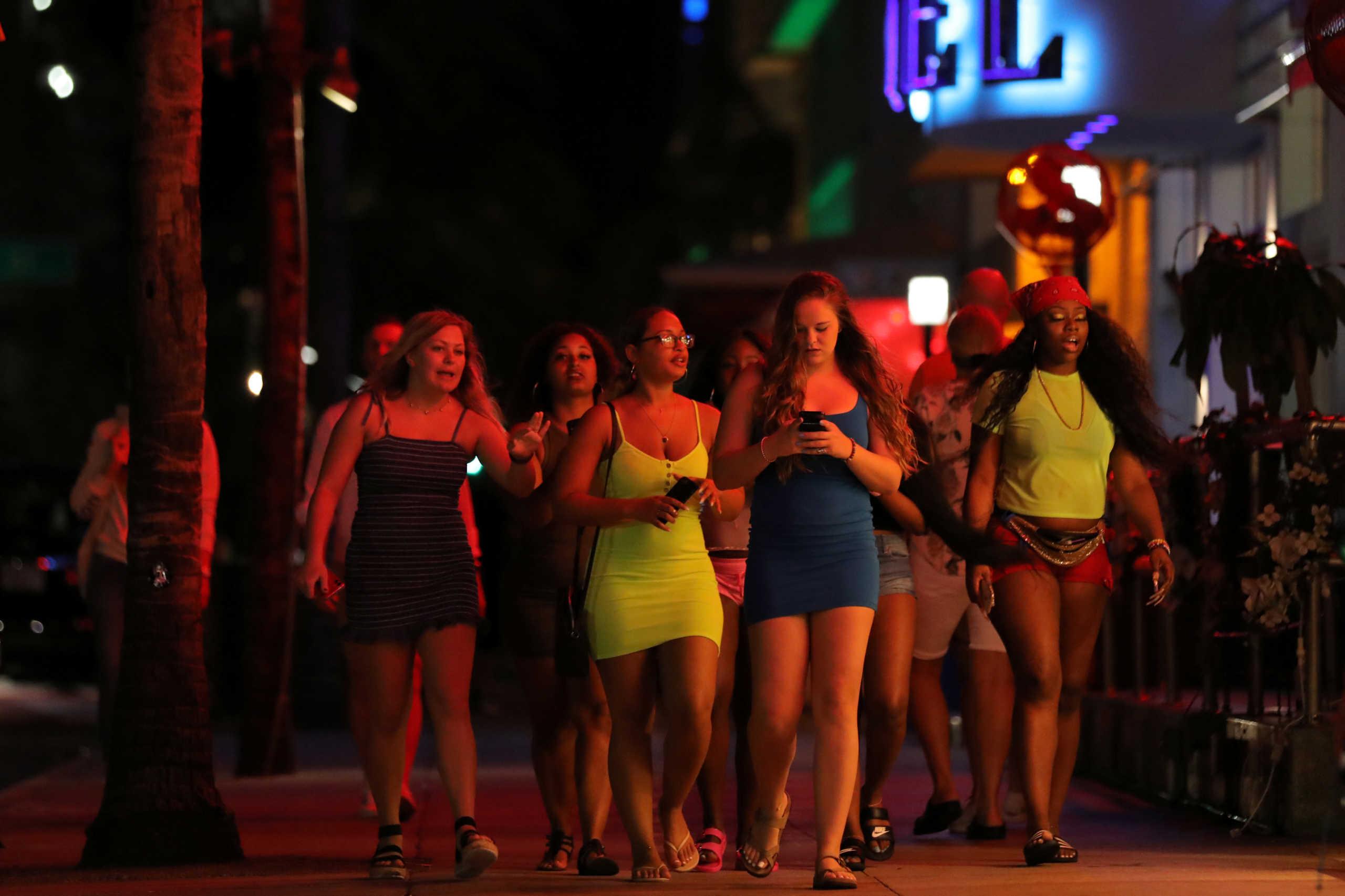 """Λουκέτο σε κέντρο διασκέδασης στην Πάρο για υπεράριθμους πελάτες – """"Καμπάνες"""" σε beach bar της Μυκόνου"""